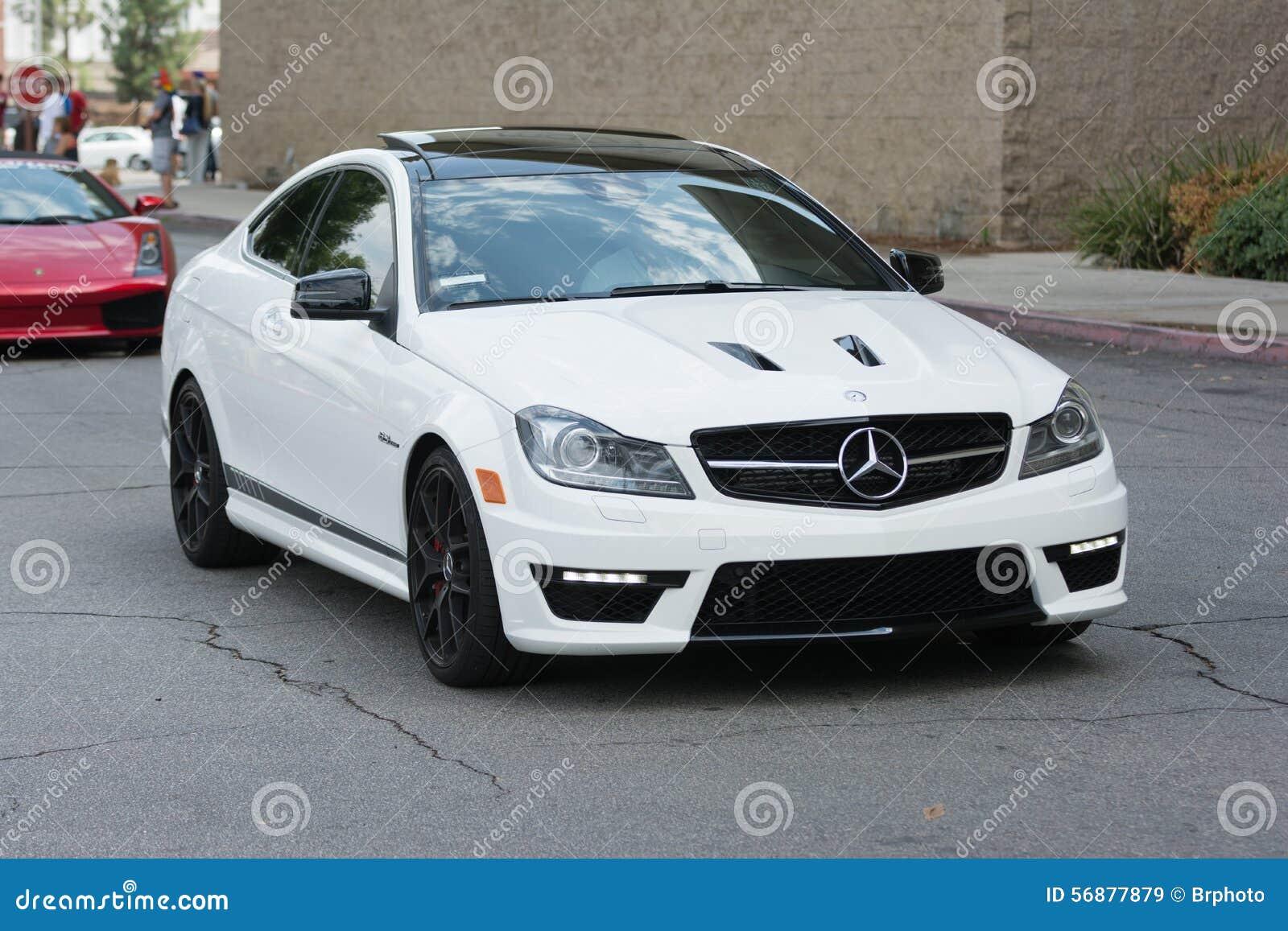Автомобиль Benz c63 AMG Мерседес на дисплее
