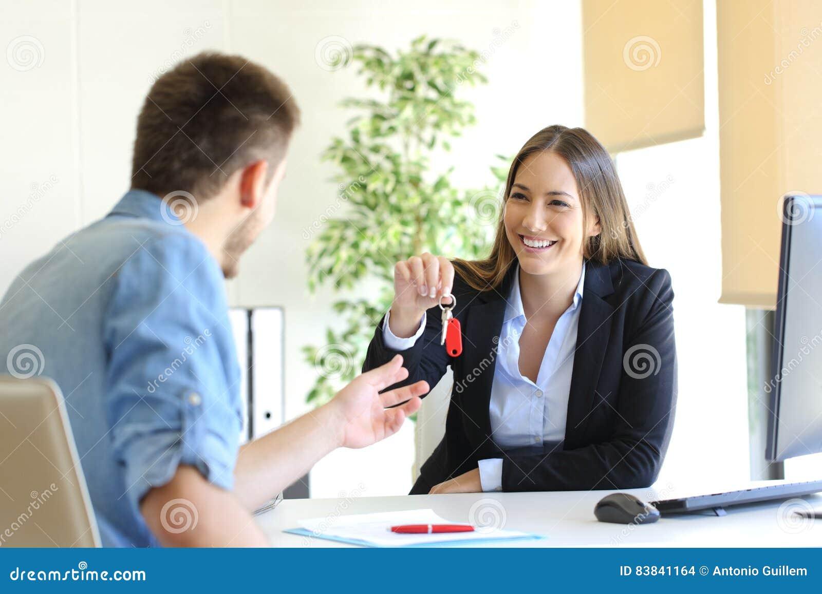 Агент недвижимости давая ключи дома к клиенту
