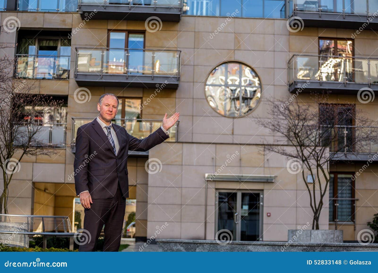 Агент недвижимости представляя свойство