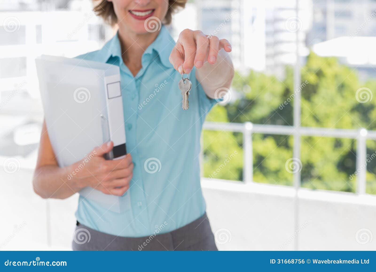 Агент по продаже недвижимости показывая ключи дома
