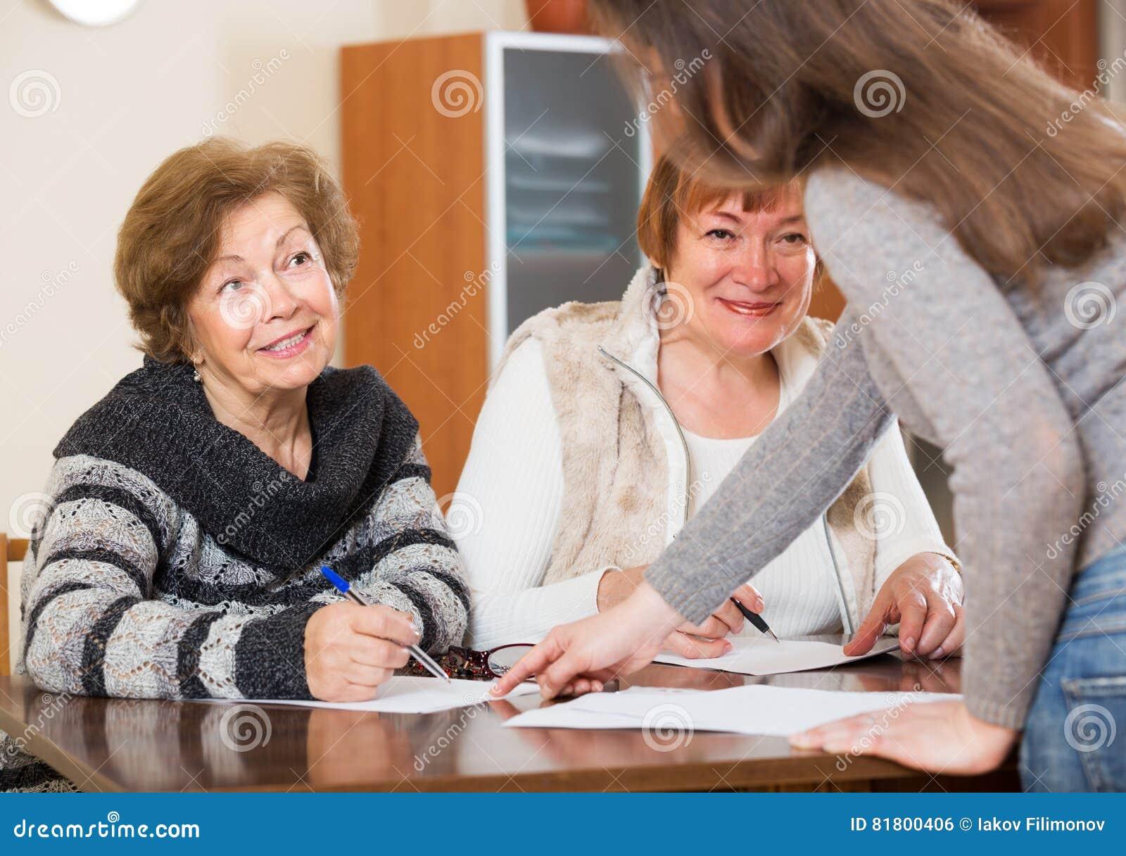 Агент советуя с жизнерадостными женщинами