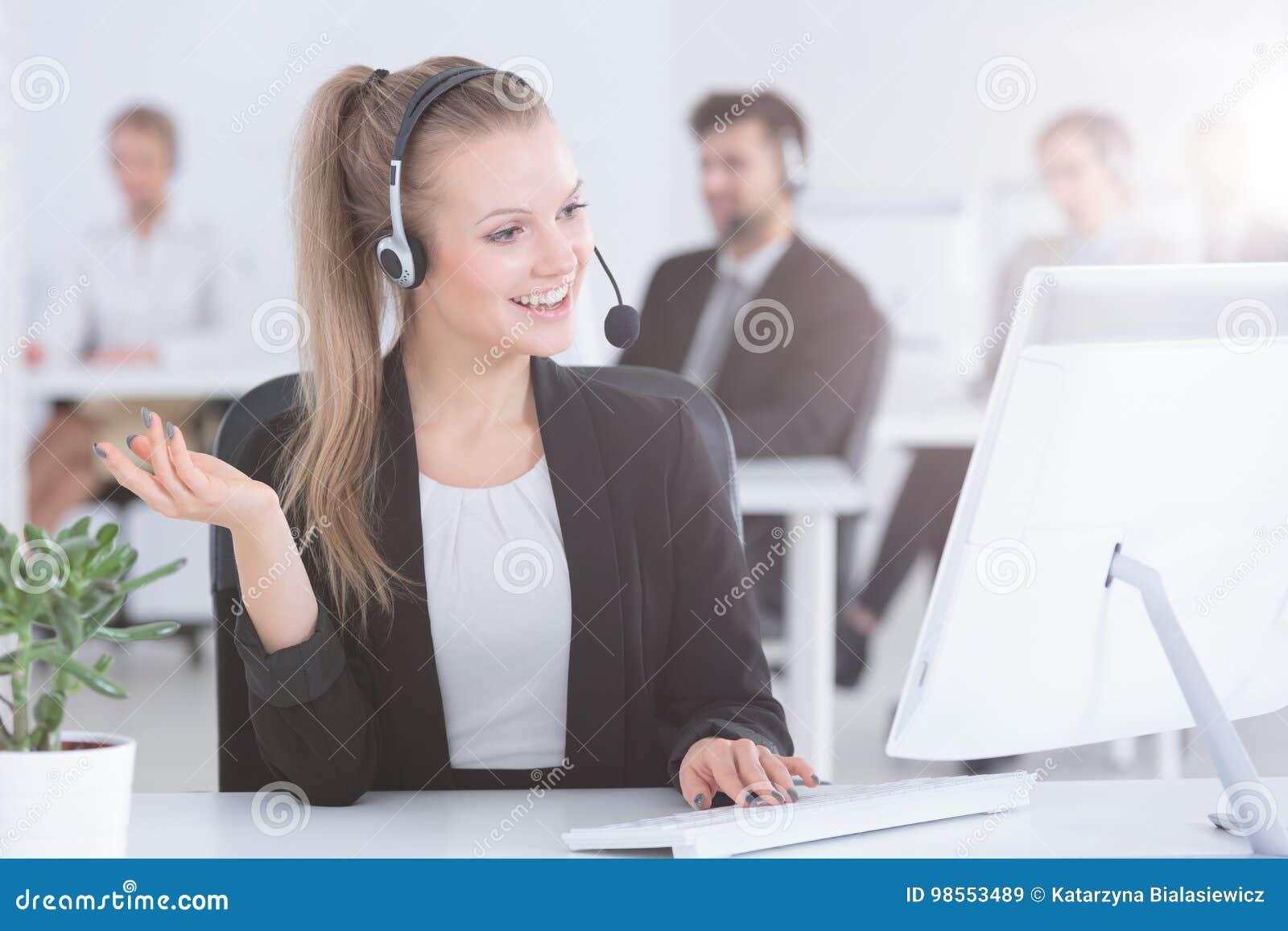 Агент центра телефонного обслуживания используя компьютер