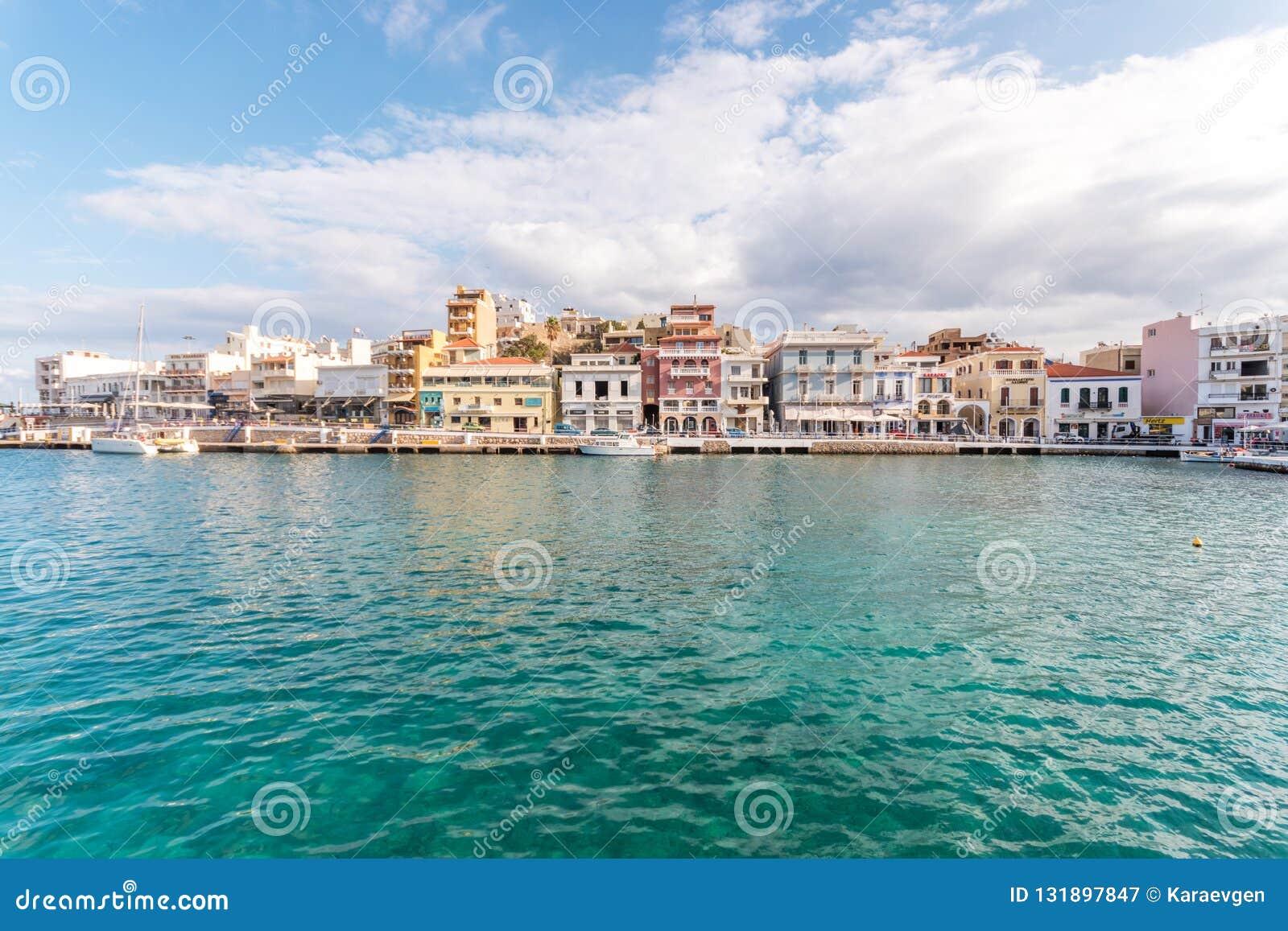 Ажио Nikolaos, Крит - 8-ое ноября 2018: Взгляд города Nikolaos ажио Крит Греция