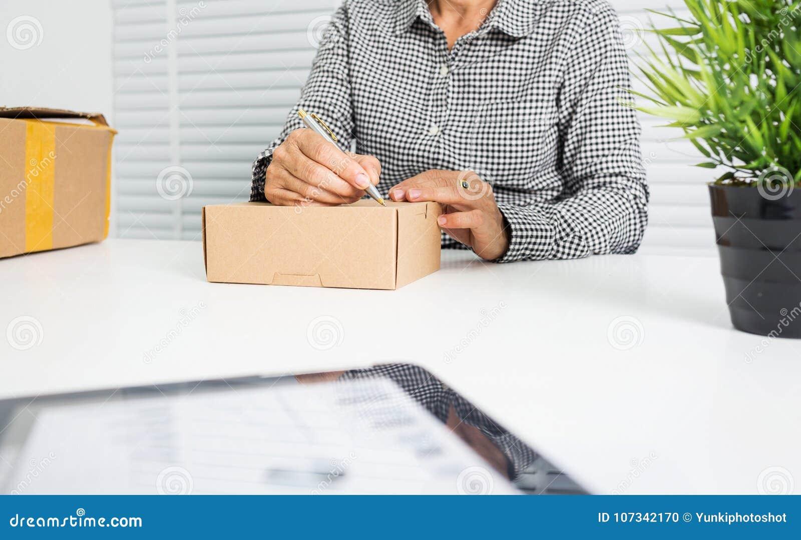 Азиатская бизнес-леди с коробкой пакета
