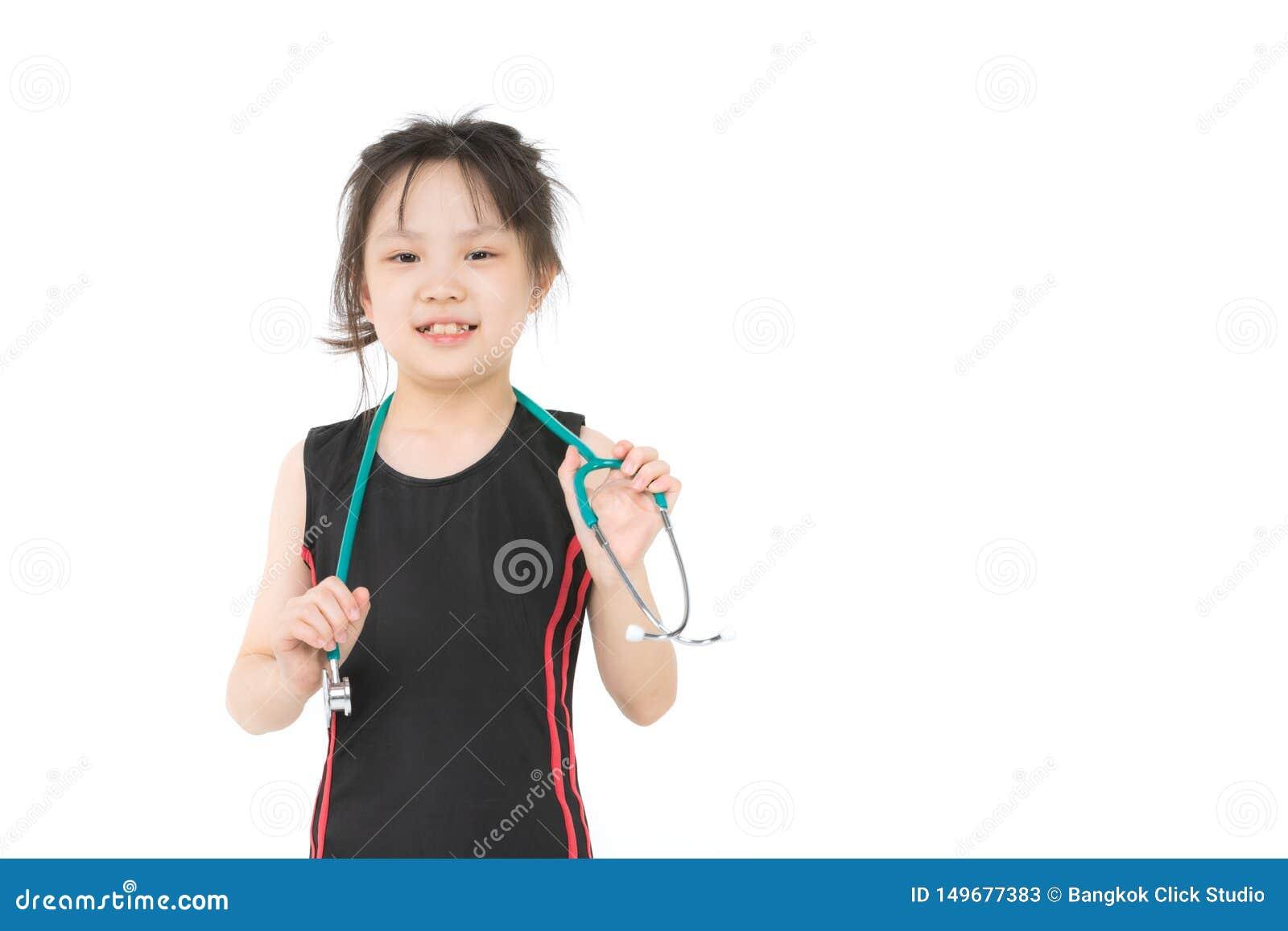 Азиатская девушка носит зеленое stechoscope