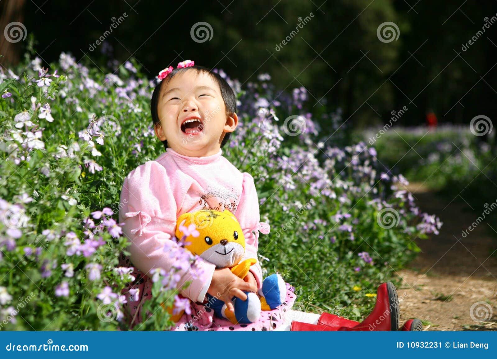азиатская девушка смеясь над немного