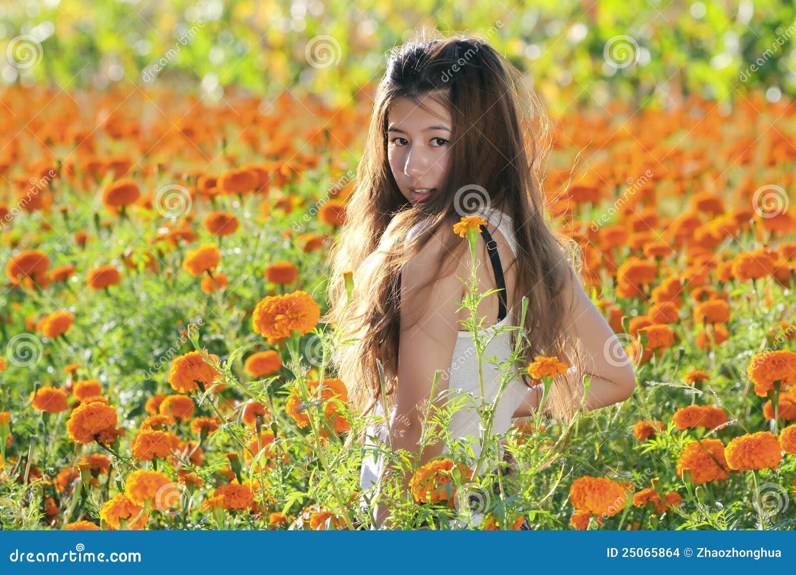 азиатская девушка цветка