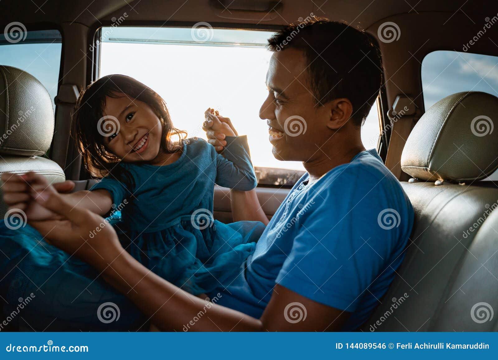 Азиатская дочь с отцом в игре автомобиля