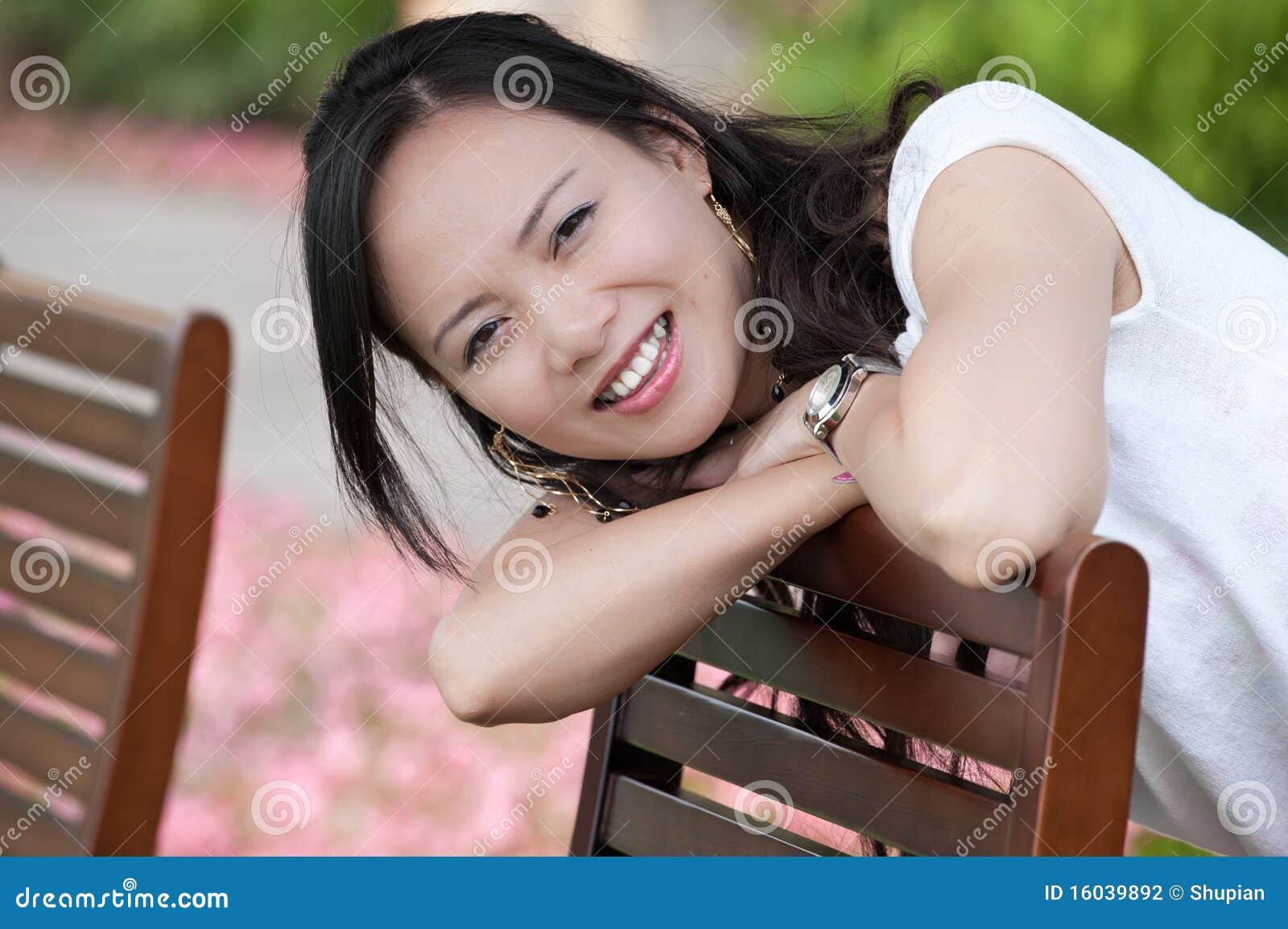 азиатская женщина зуба усмешки