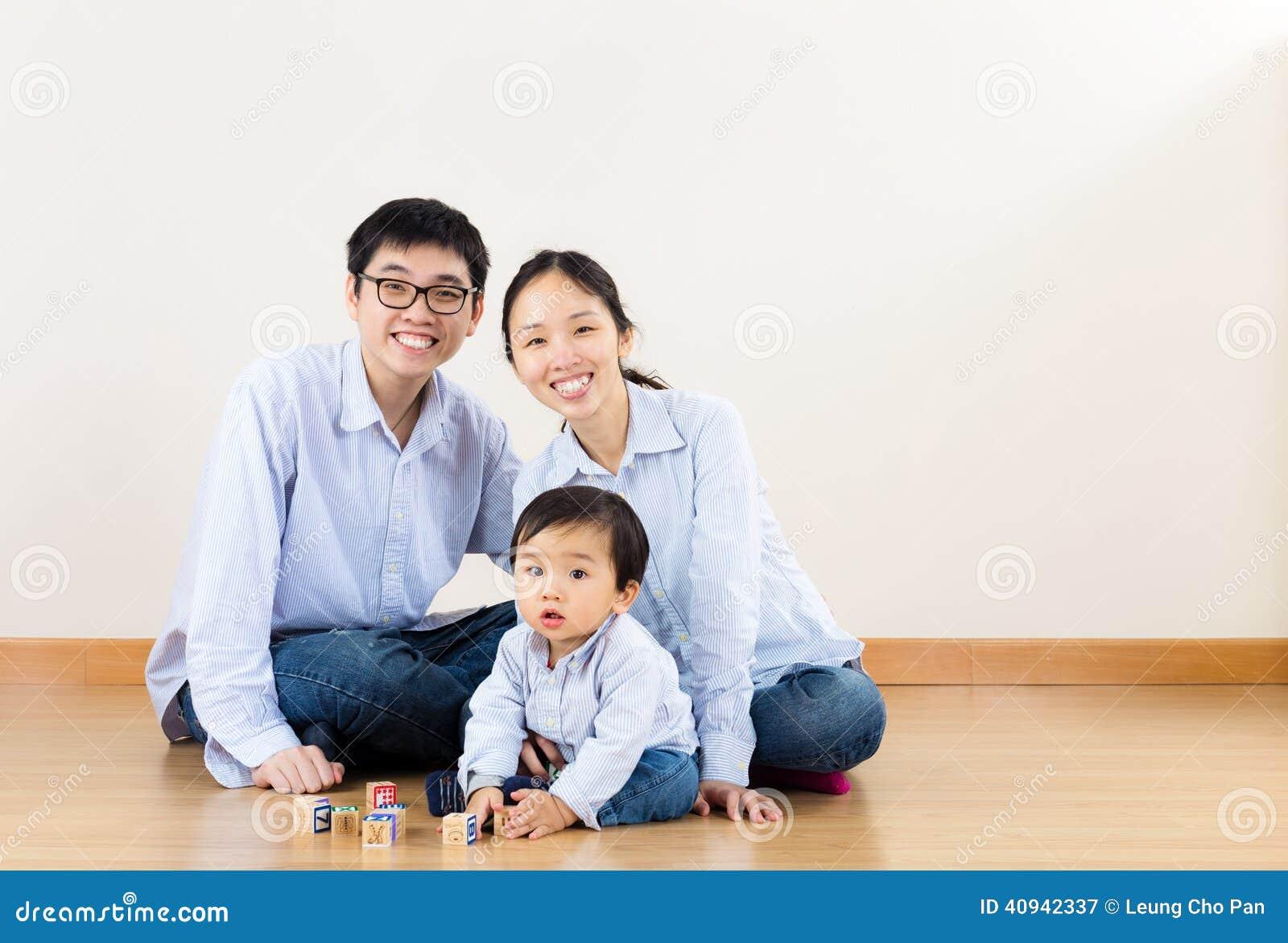 Азиатская игра семьи совместно