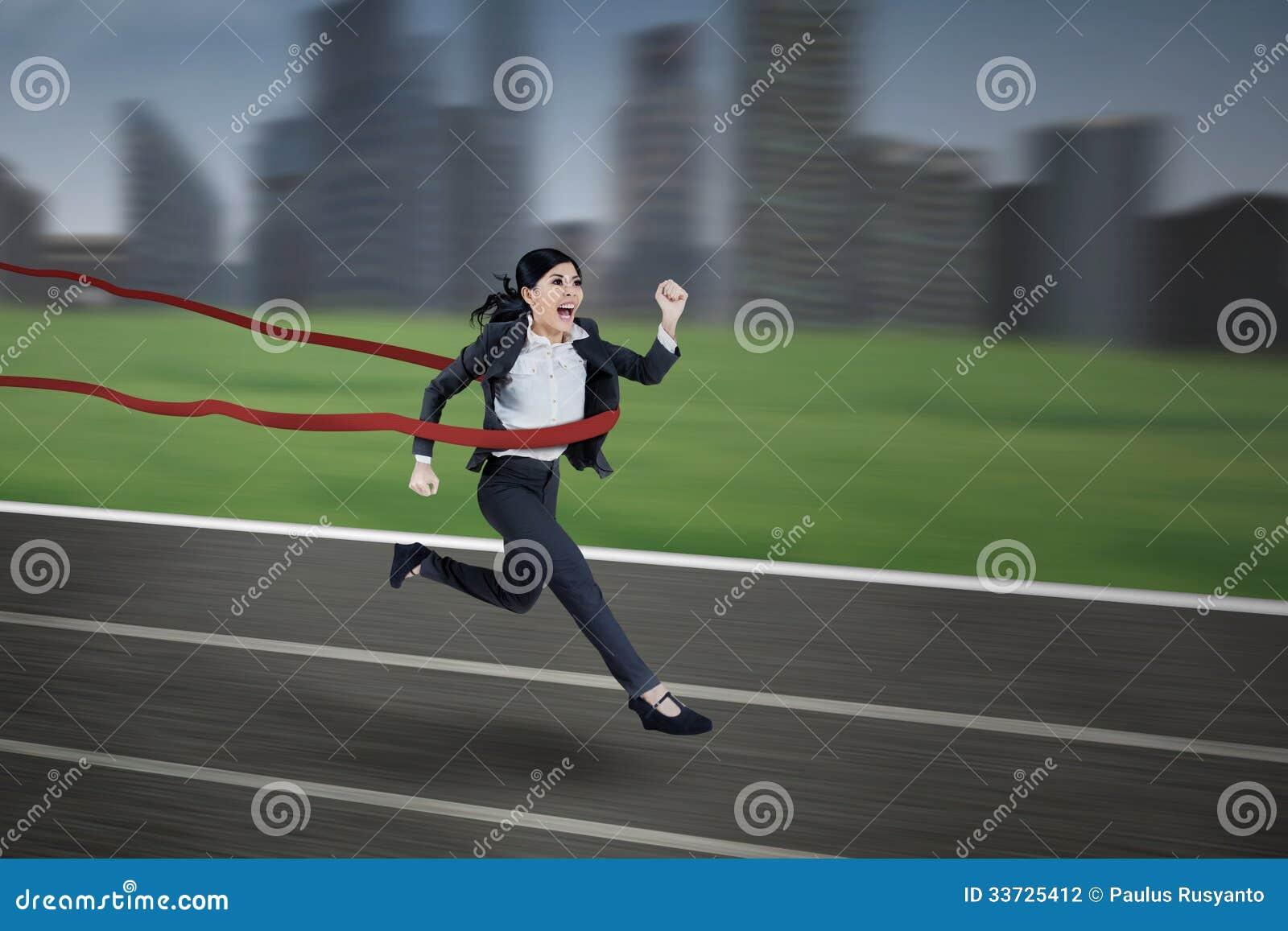 Азиатская коммерсантка выигрывая гонку