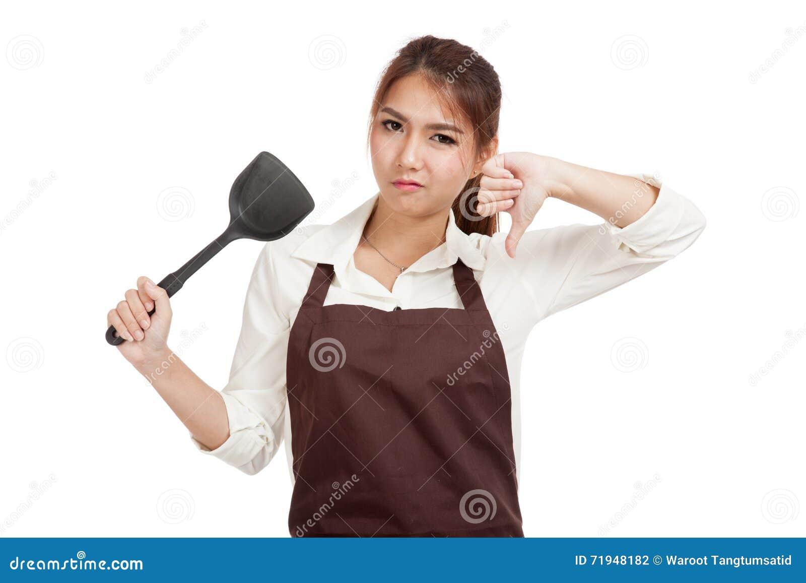 Азиатская красивая девушка варя большие пальцы руки вниз с лопатой жарить p