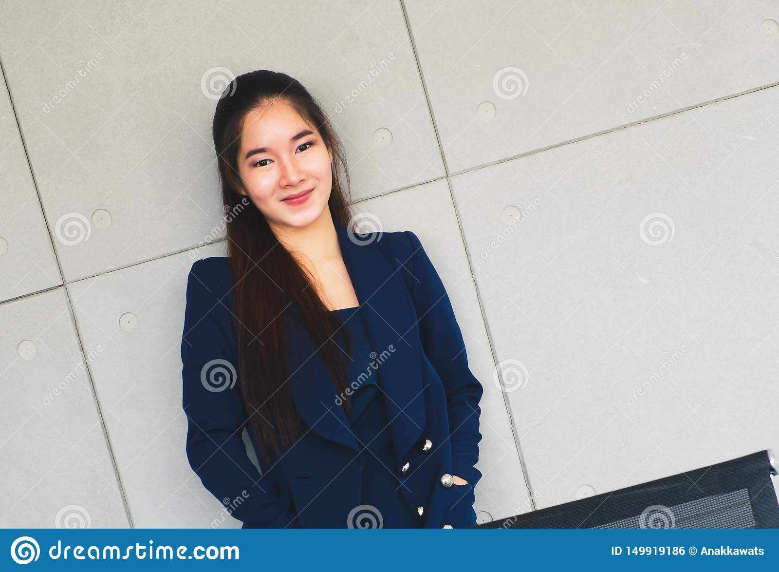 Азиатская красивая улыбка бизнес-леди настолько счастливая