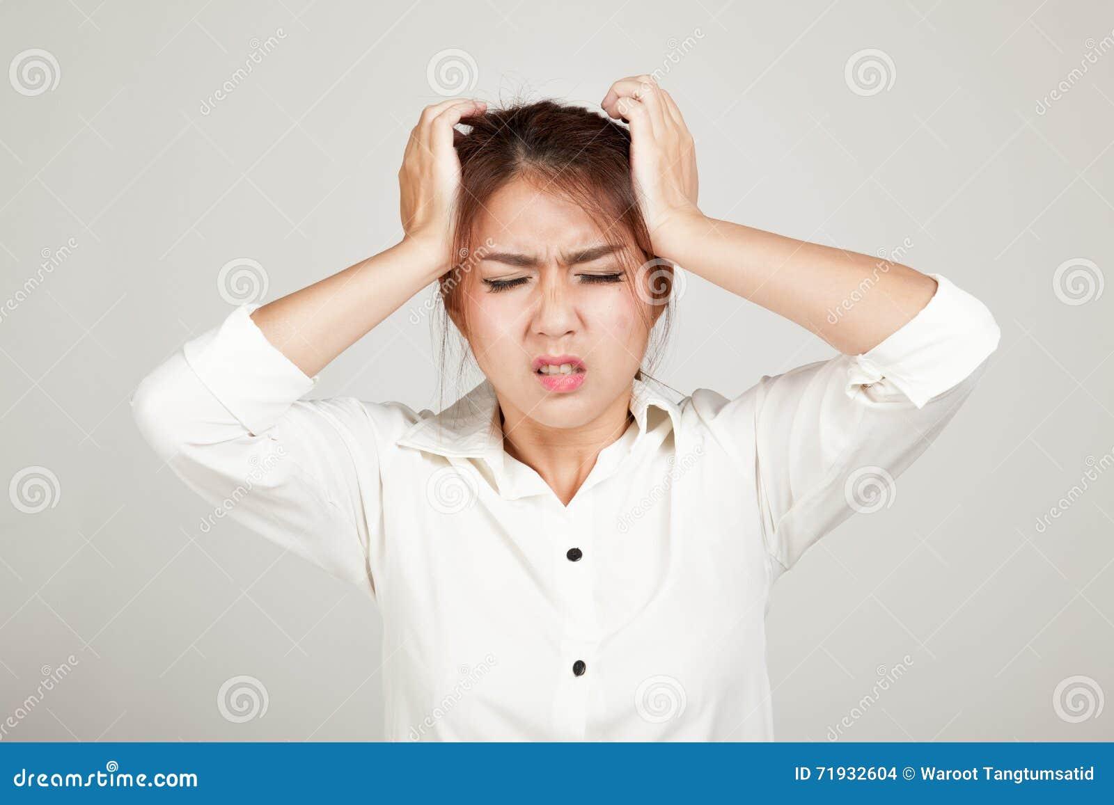 Азиатская маленькая девочка полученная больного чувства головной боли