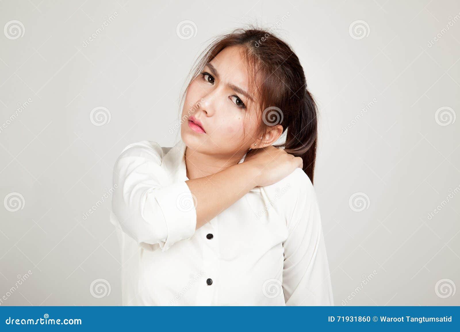 Азиатская маленькая девочка получила боль в спине