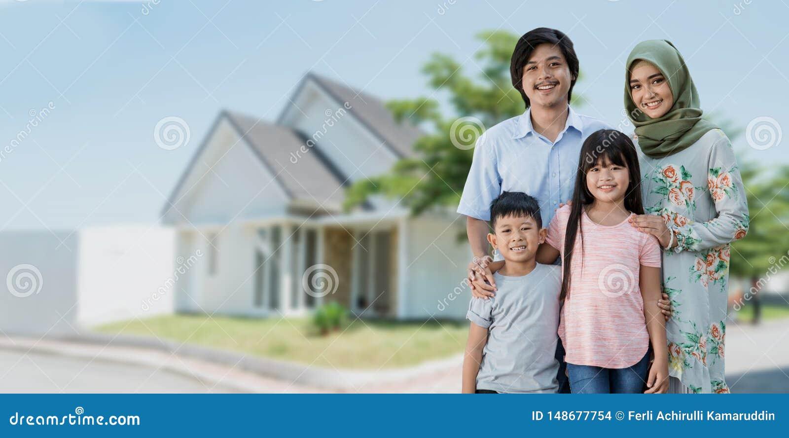 Азиатская мусульманская семья путешествуя концепция