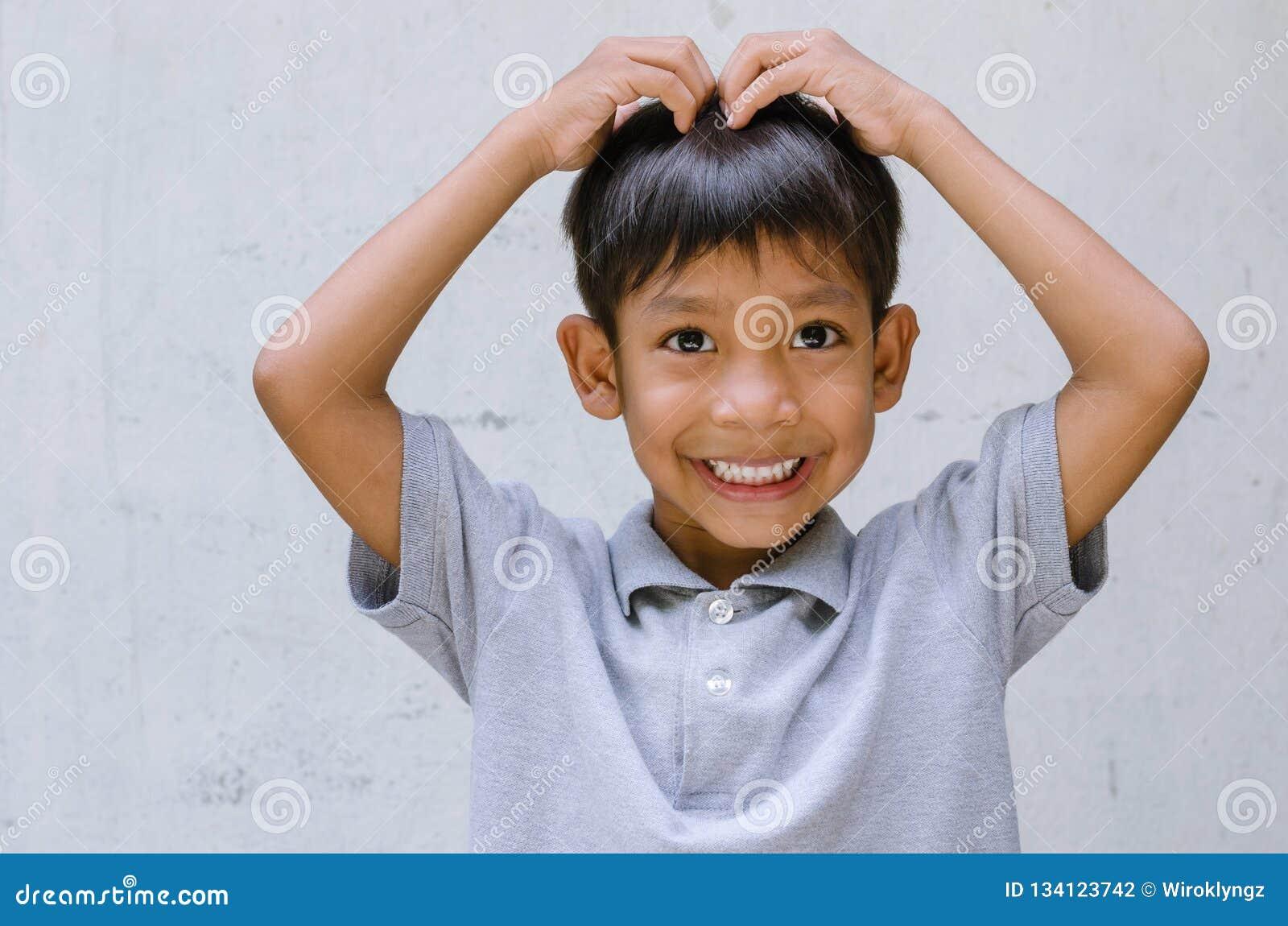 Азиатская позиция Cutie ребенка ягнясь поступок