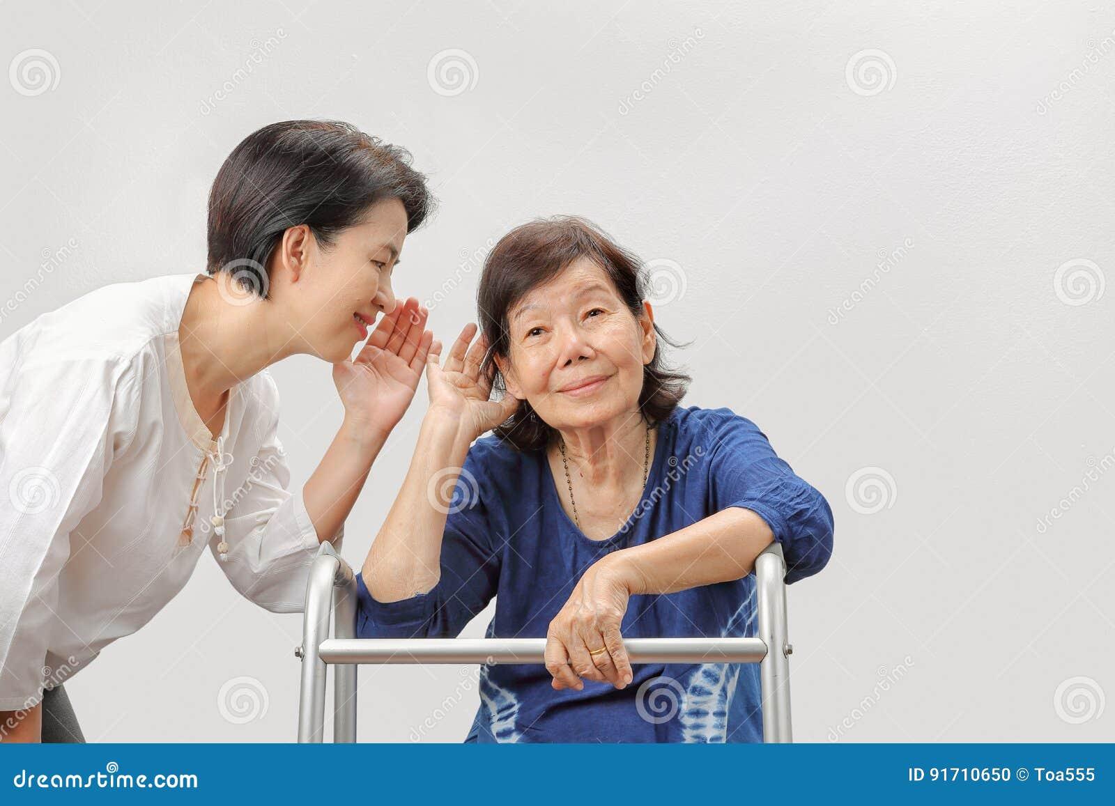 Азиатская потеря слуха женщины старшиев
