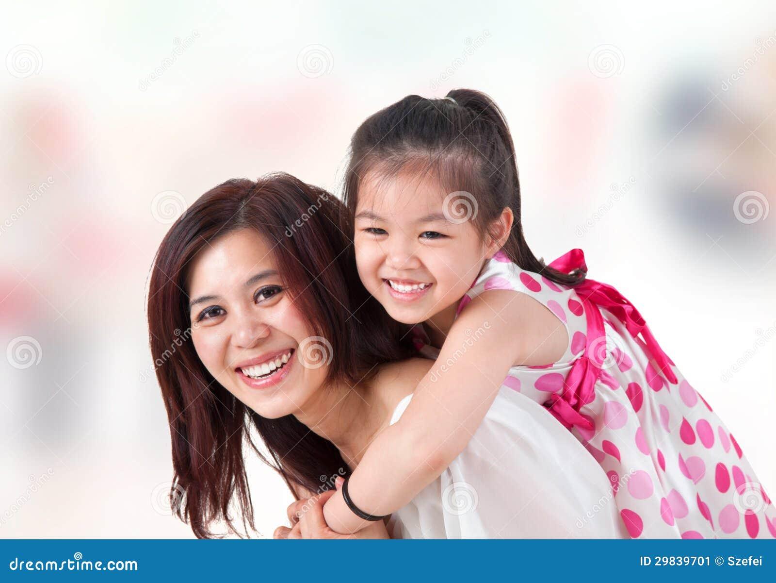 Азиатская езда piggyback семьи на дому.