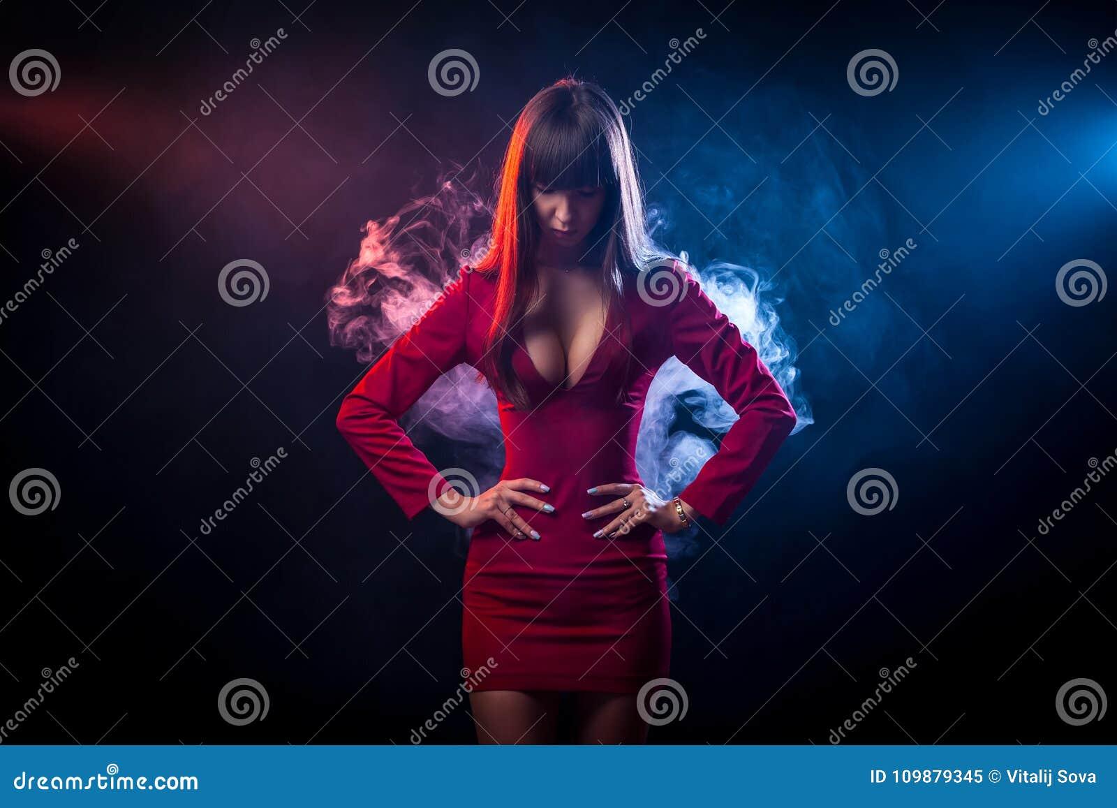 Азиатская темн-с волосами женщина
