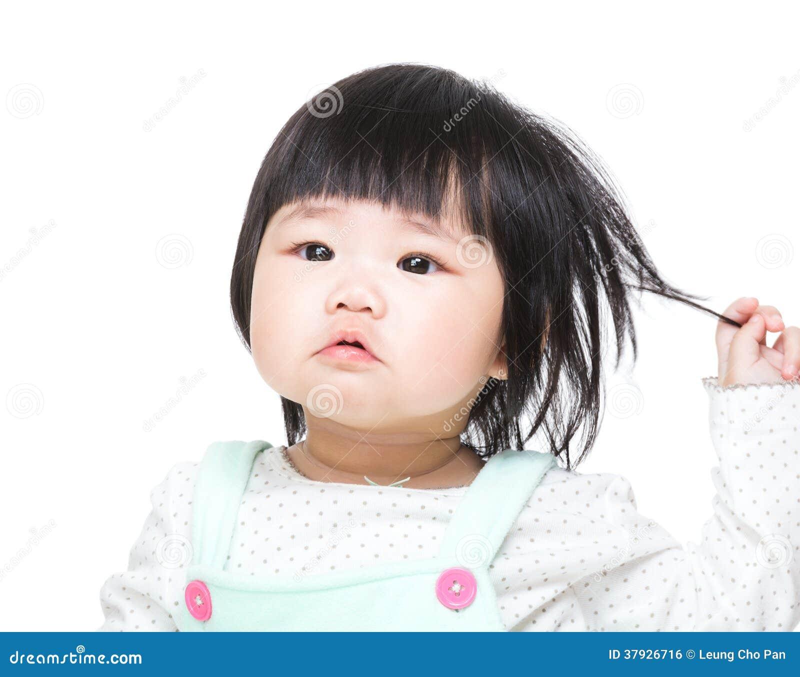 Азиатские волосы касания ребёнка
