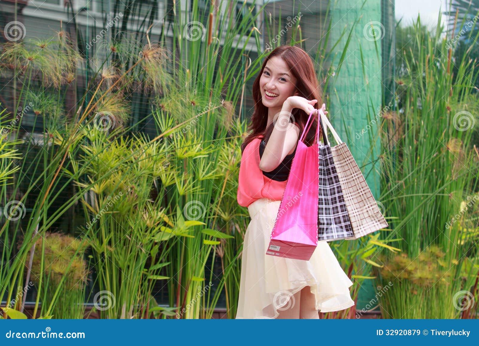 Азиатские девушки счастливы ходить по магазинам.