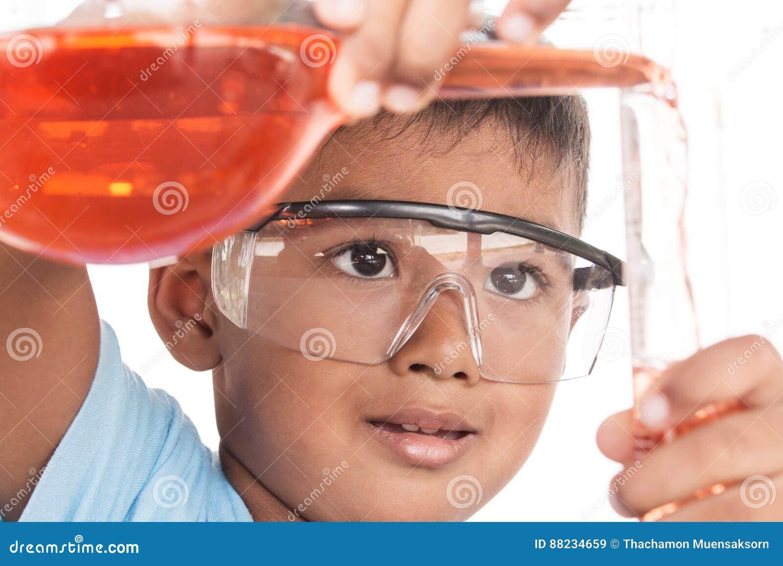 Азиатские дети и эксперименты по науки
