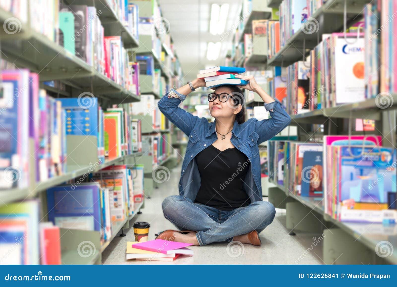 Азиаты в библиотеке