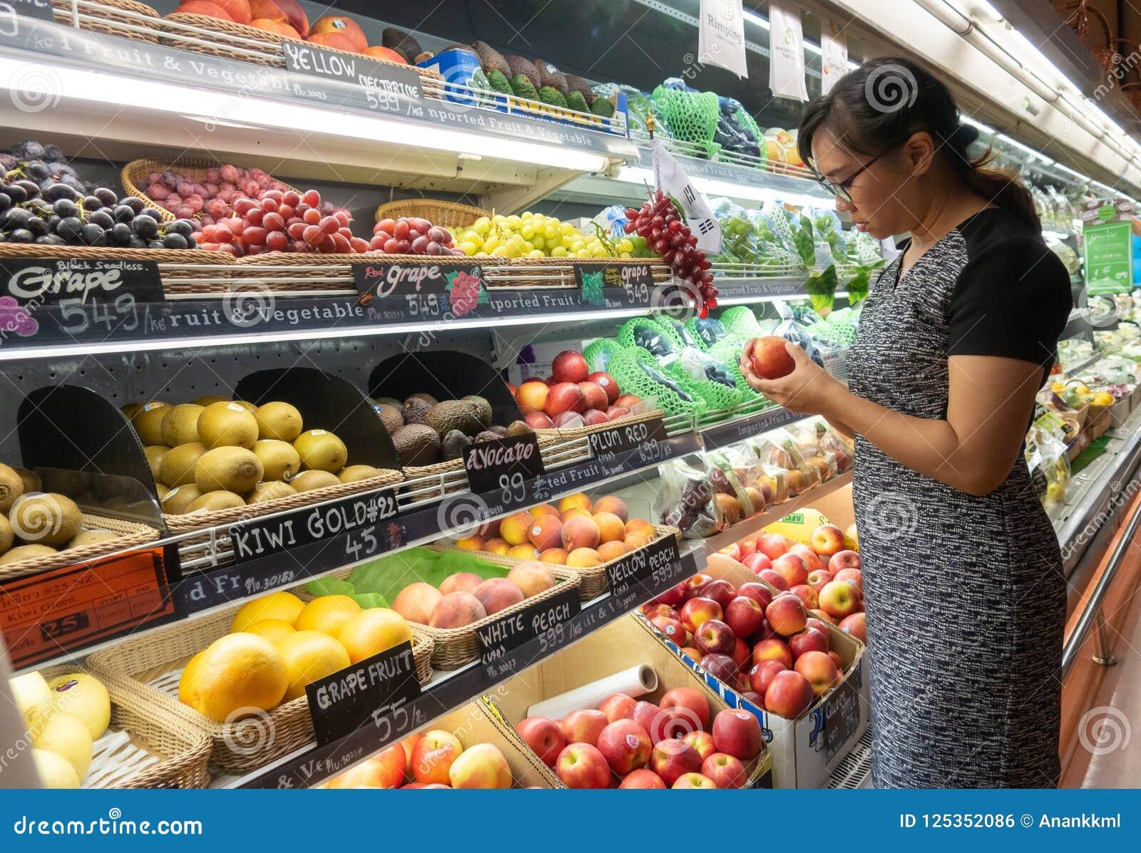Азиатские женщины ходя по магазинам в супермаркете или гастрономе