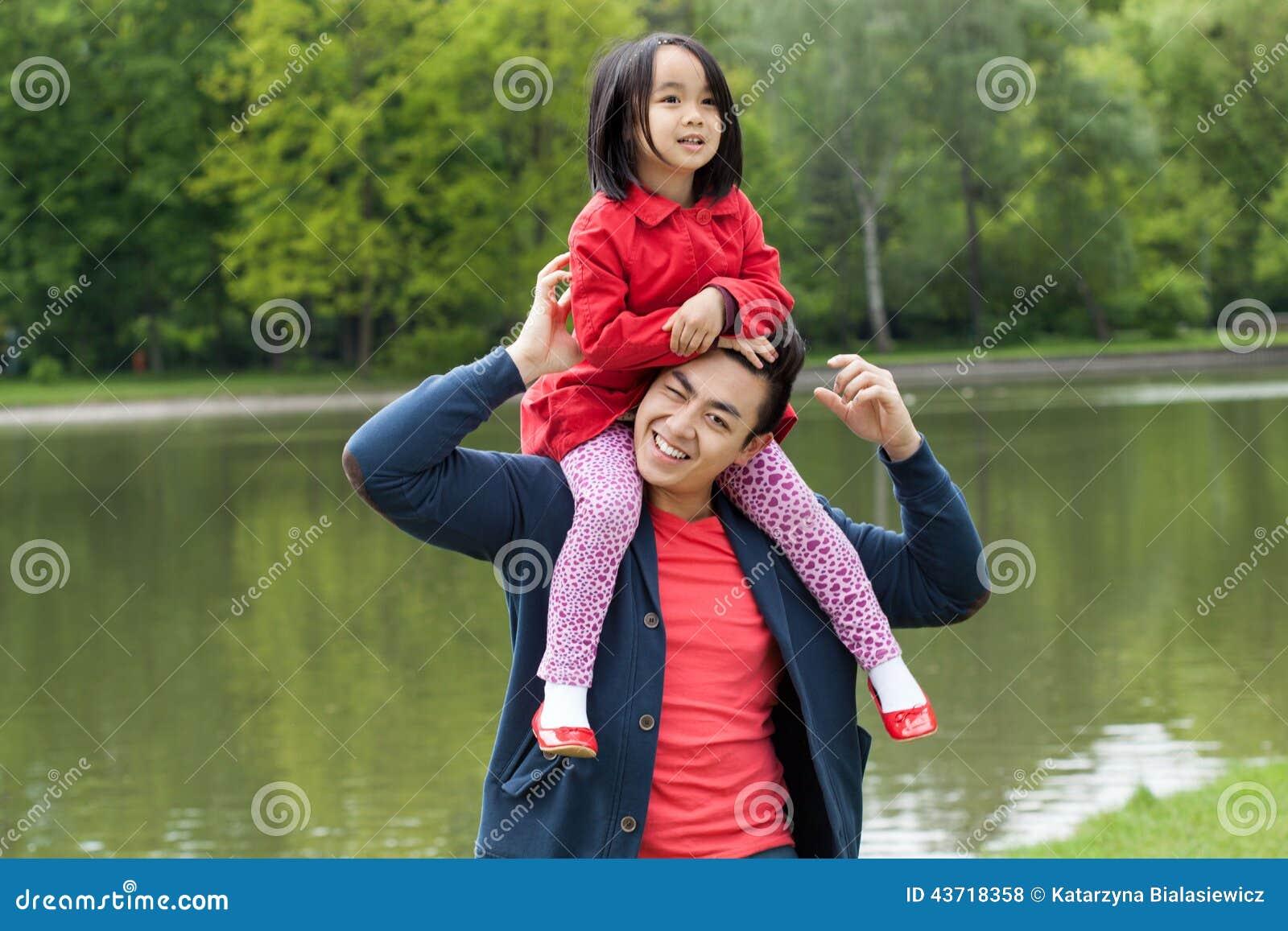 Японские шоу отец и дочь онлайн, Японское порно шоу отец должен отгадать дочь 26 фотография
