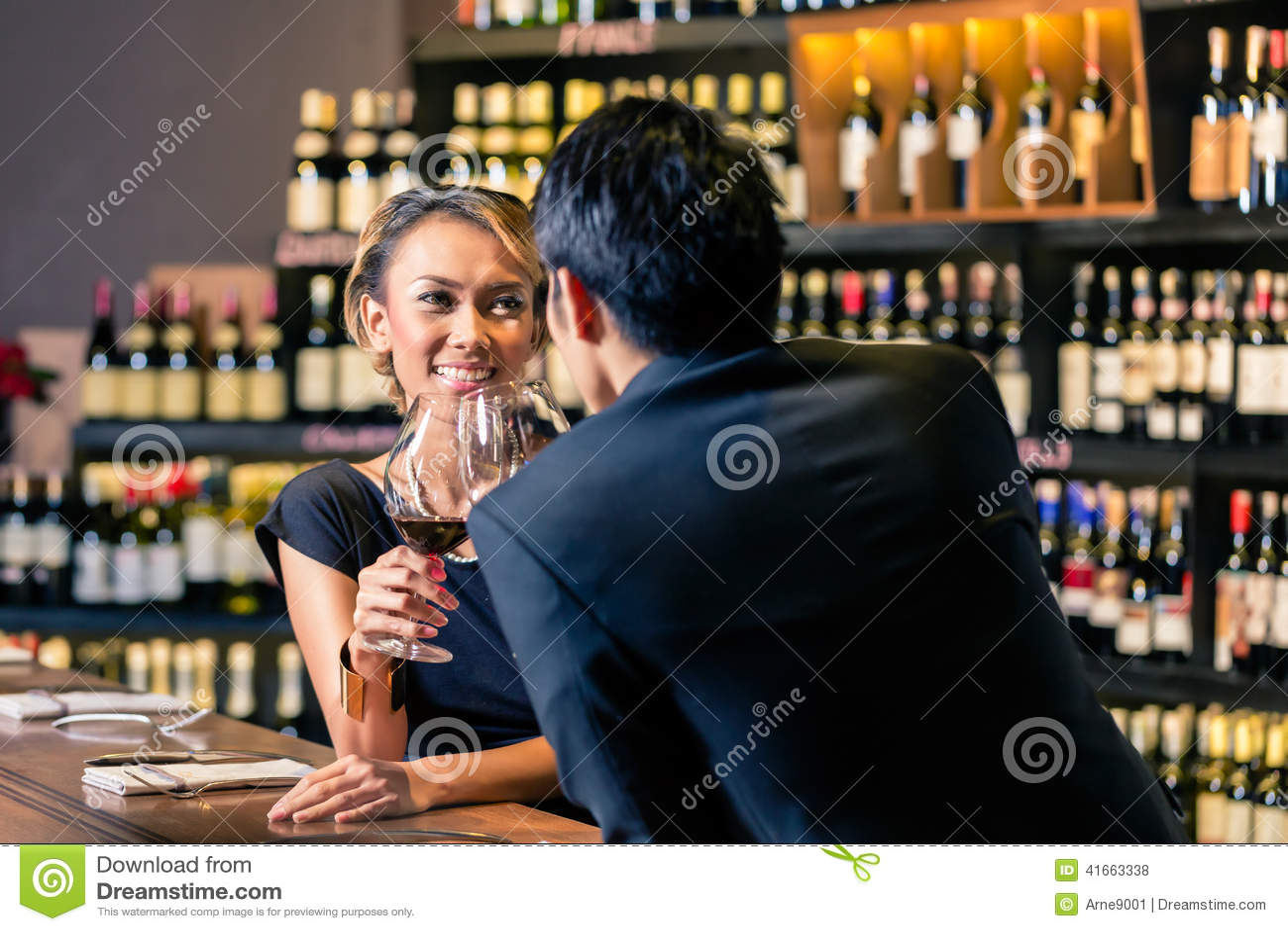 Азиатские пары выпивая красное вино
