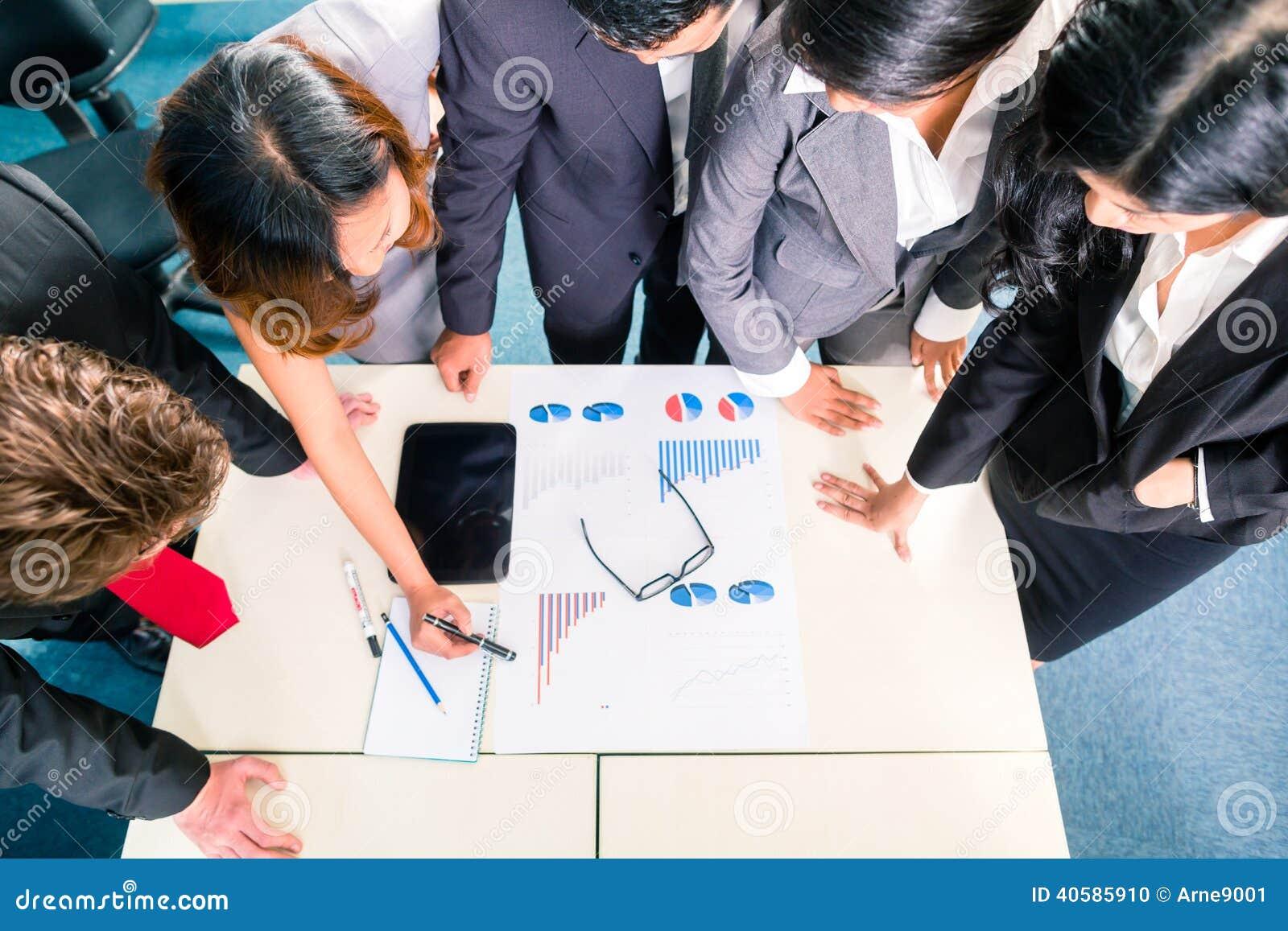 Азиатские предприниматели встречая в офисе