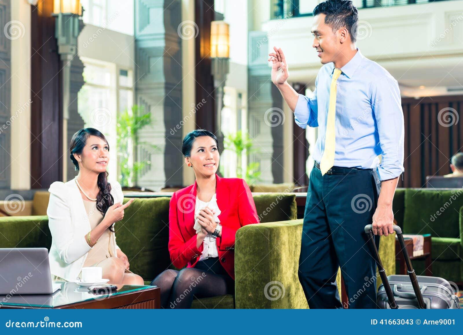 Азиатские предприниматели имея встречу