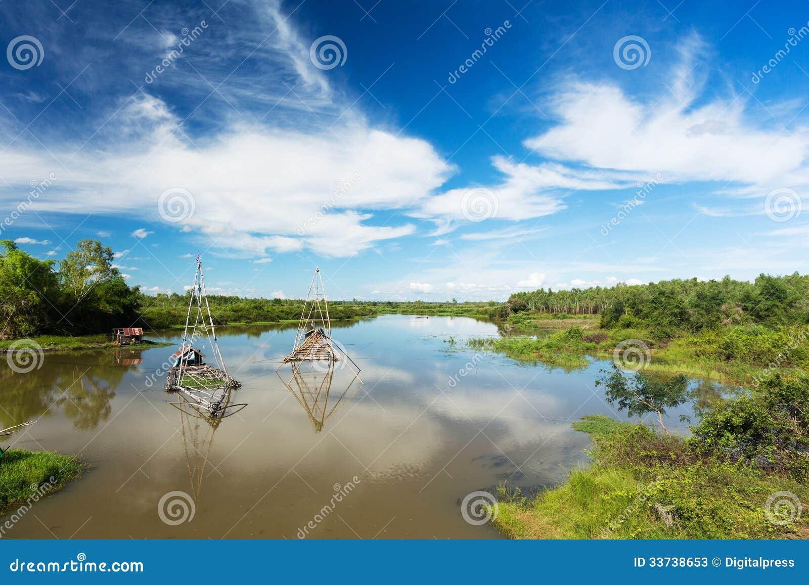 Азиатский ландшафт с рыбацкой лодкой