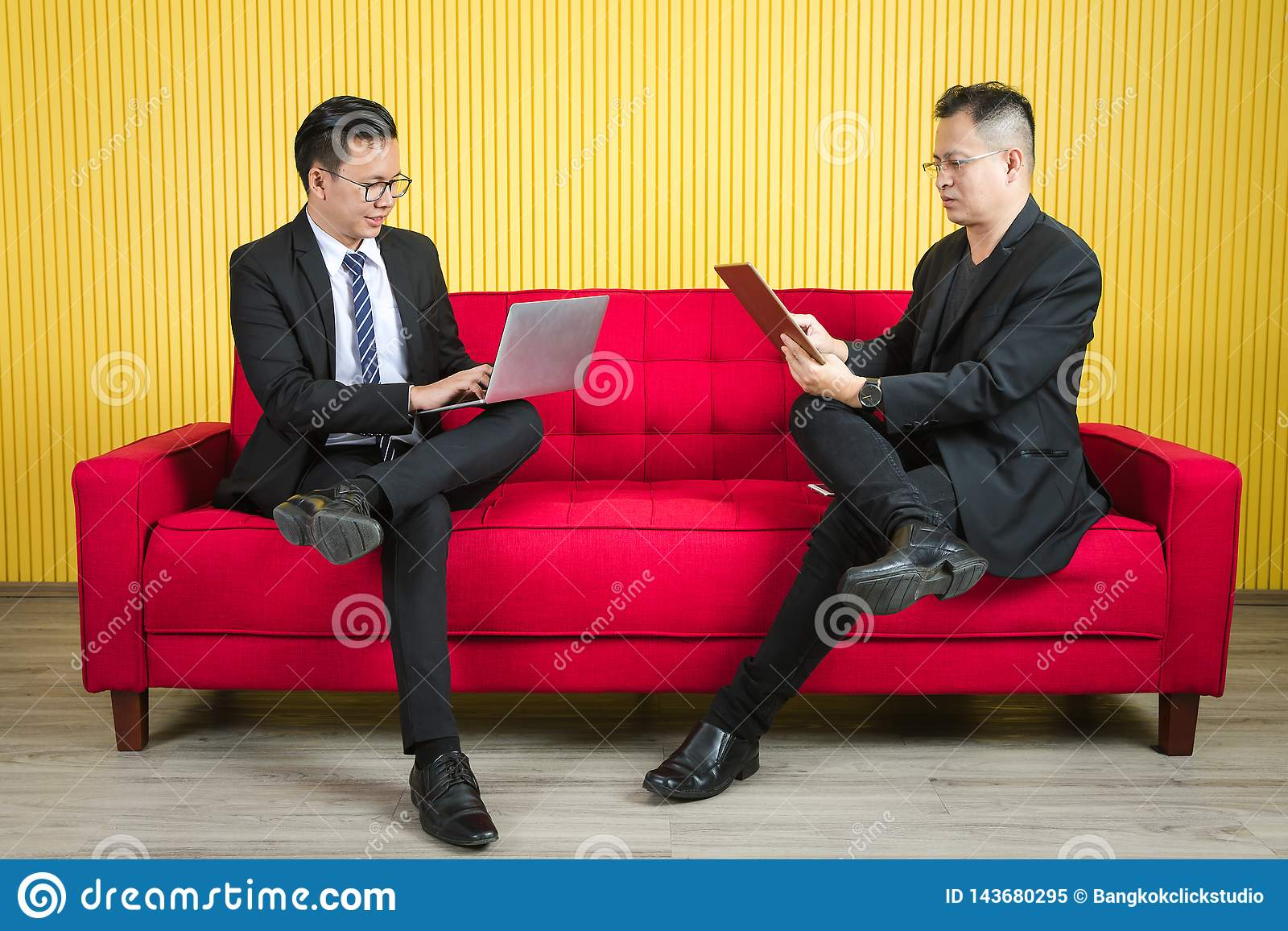 Азиатский бизнесмен на офисе