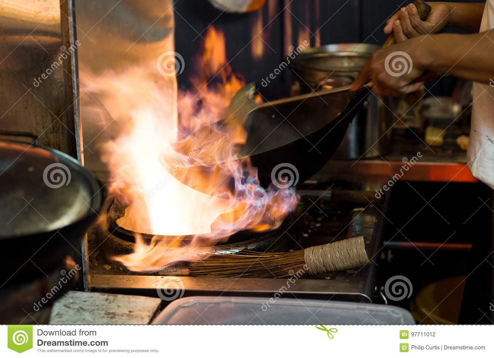 Азиатский вок варя с пламенами в открытом kitc еды улицы стиля