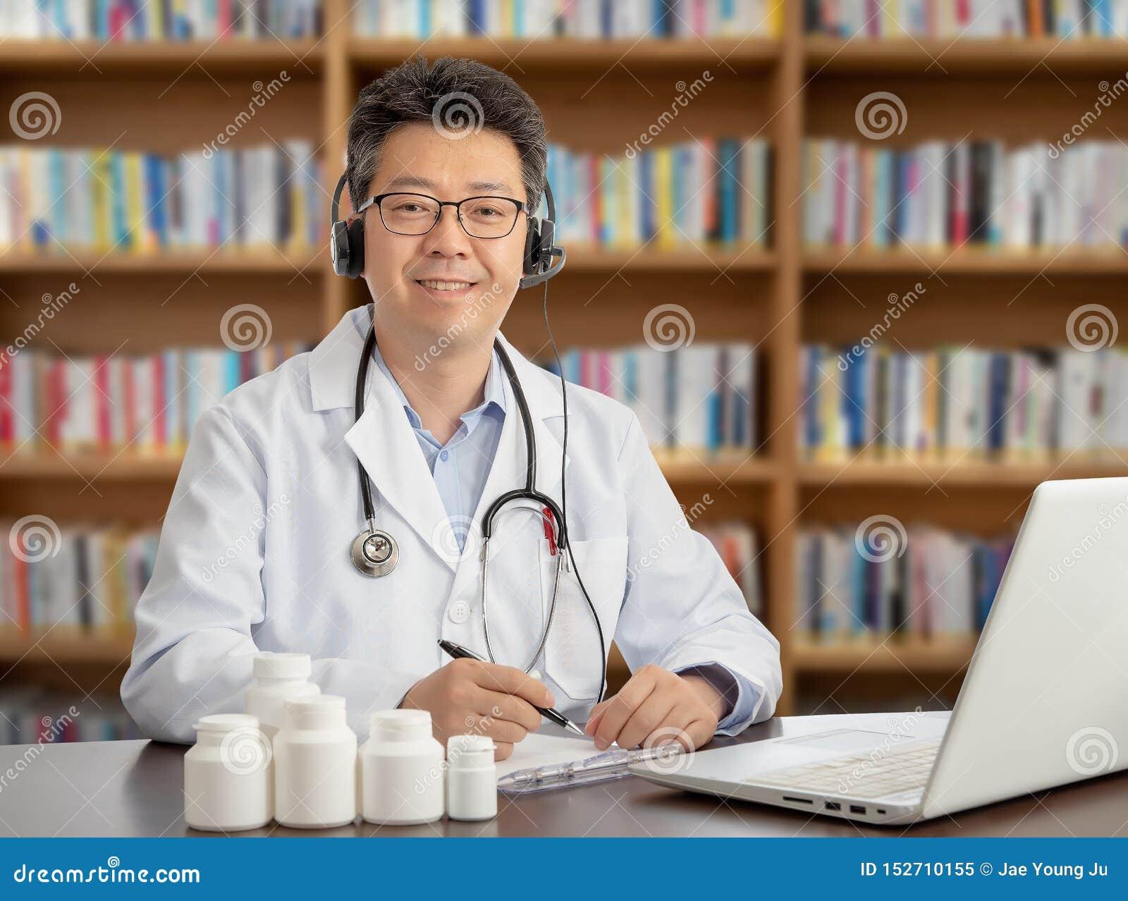 Азиатский доктор который удаленно советует с с пациентом Концепция Telehealth