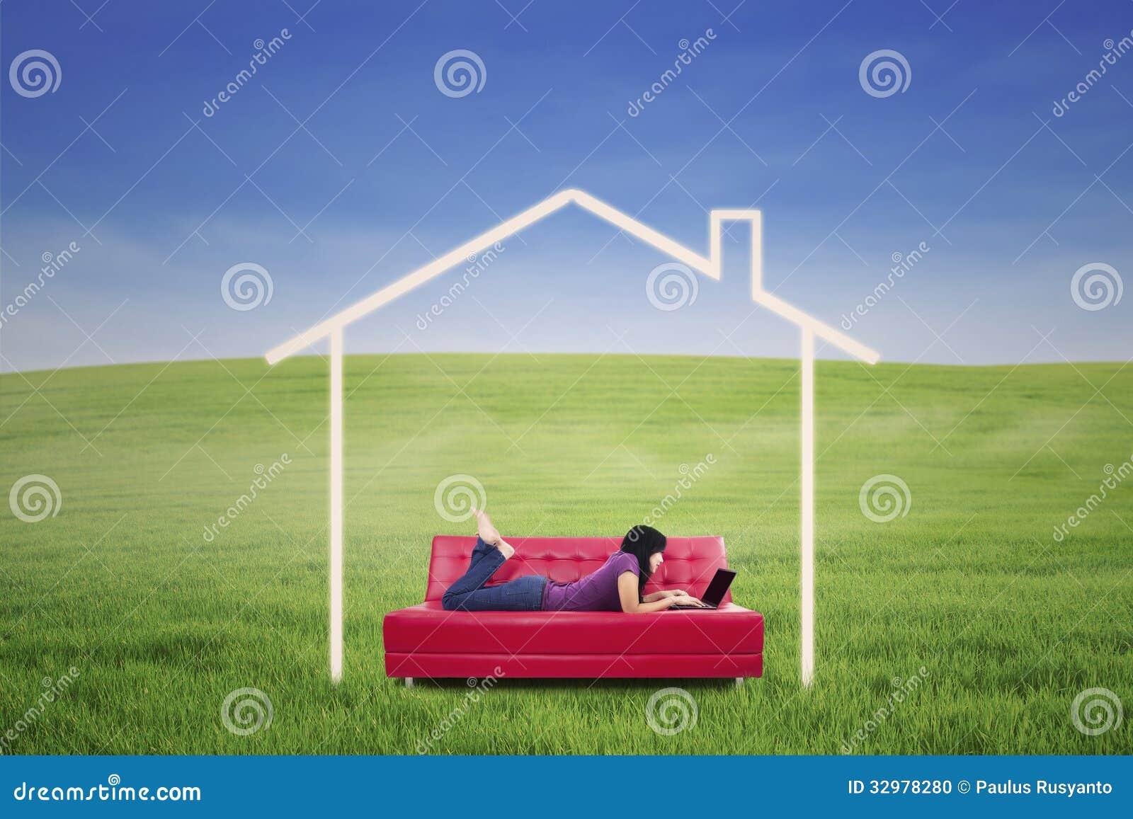 Азиатский женский лежать на софе в доме мечты напольном