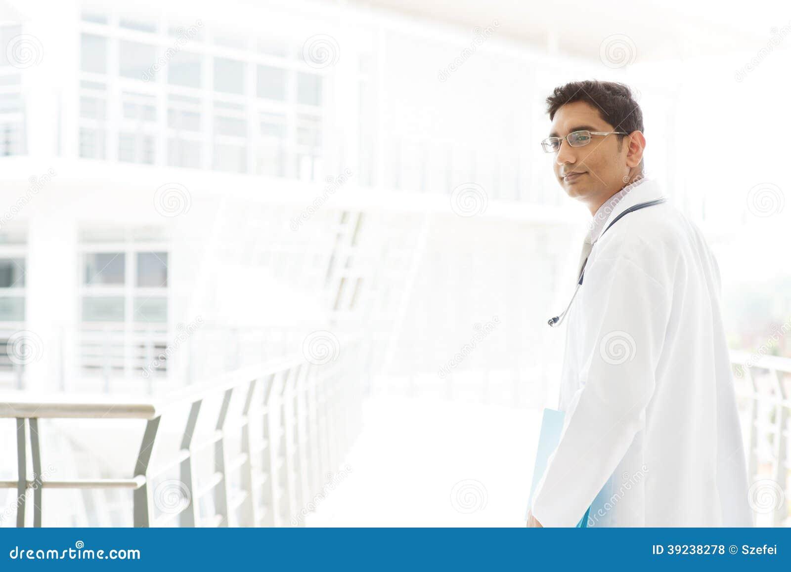 Азиатский индийский мужской врач внутри больницы.
