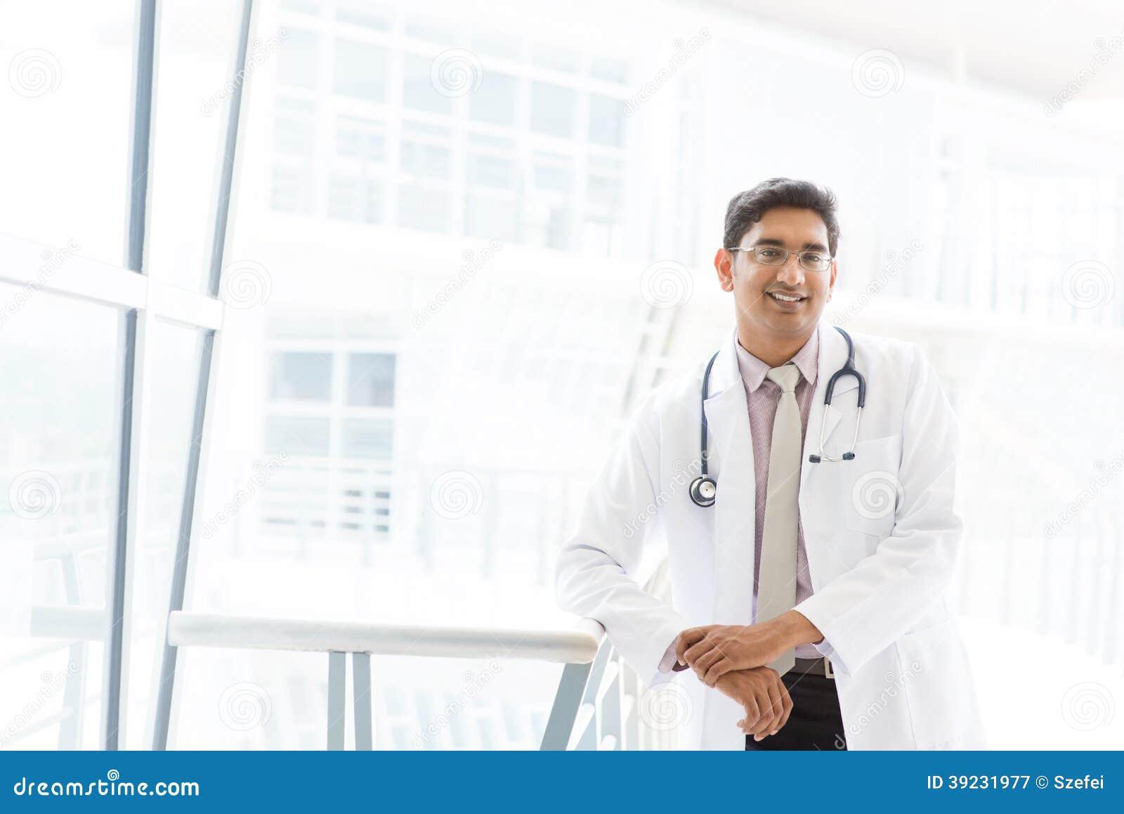 Азиатский индийский мужской врач.