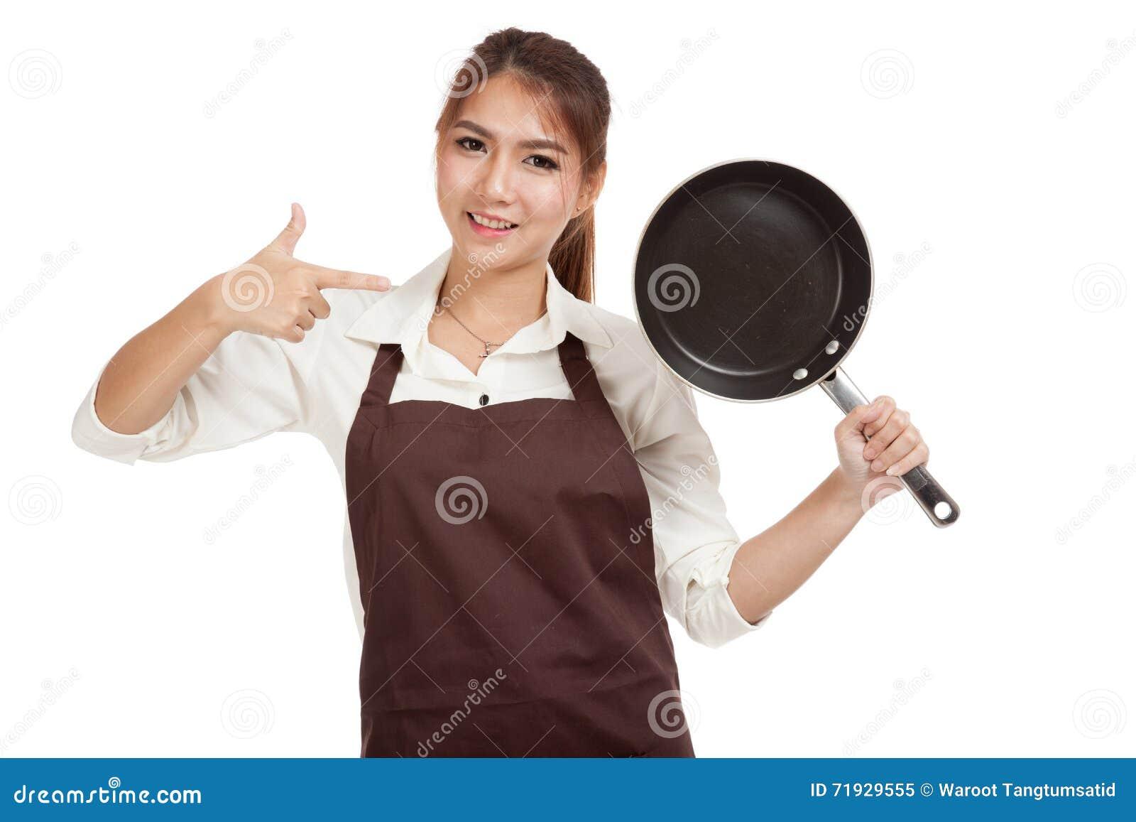 Азиатский кашевар девушки с сковородой