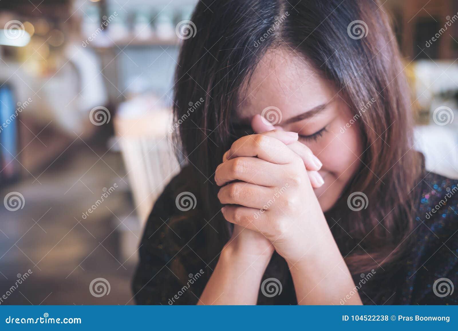 Азиатский конец женщины она глаза к молить и желать для удачи