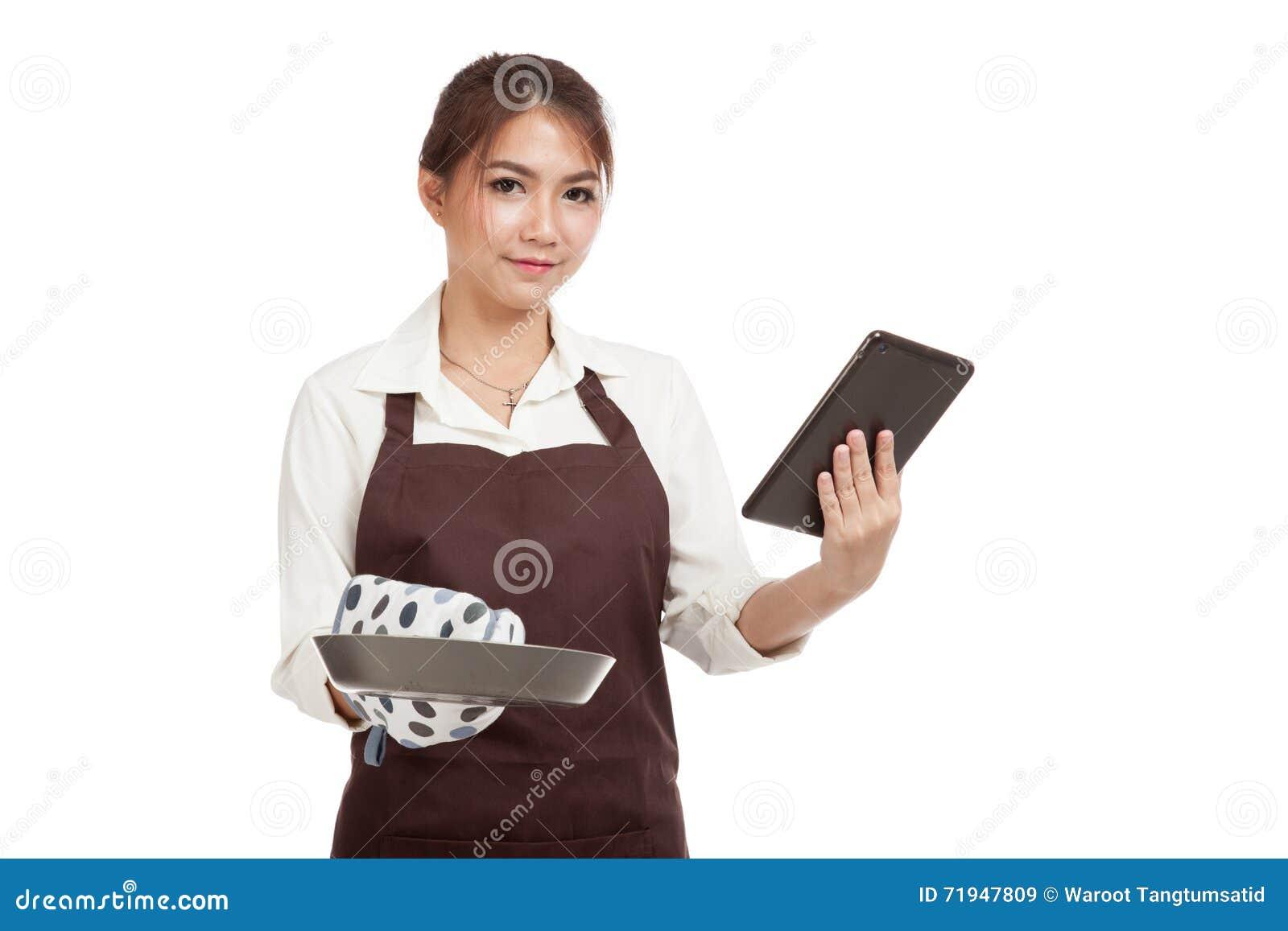 Азиатский красивый кашевар девушки с сковородой прочитал ПК таблетки
