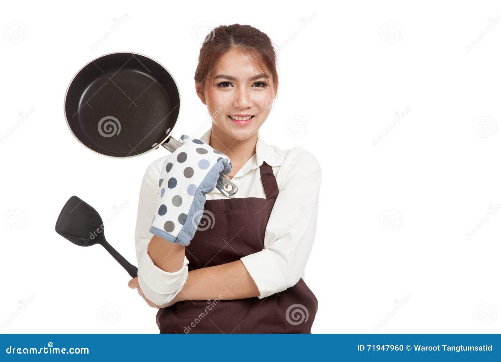 Азиатский красивый кашевар девушки с сковородой