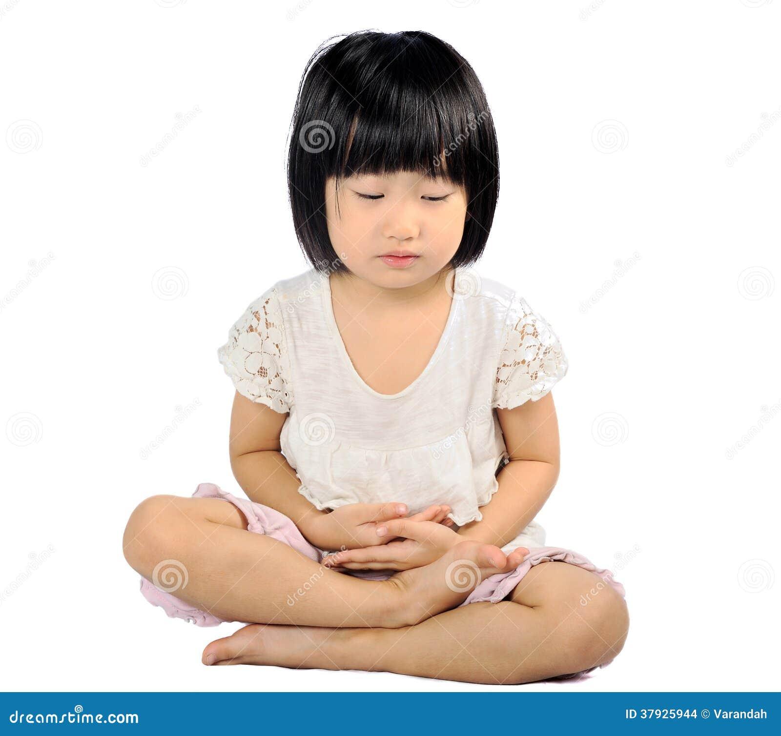 Азиатский малый ребенок делая раздумье в практике буддизма