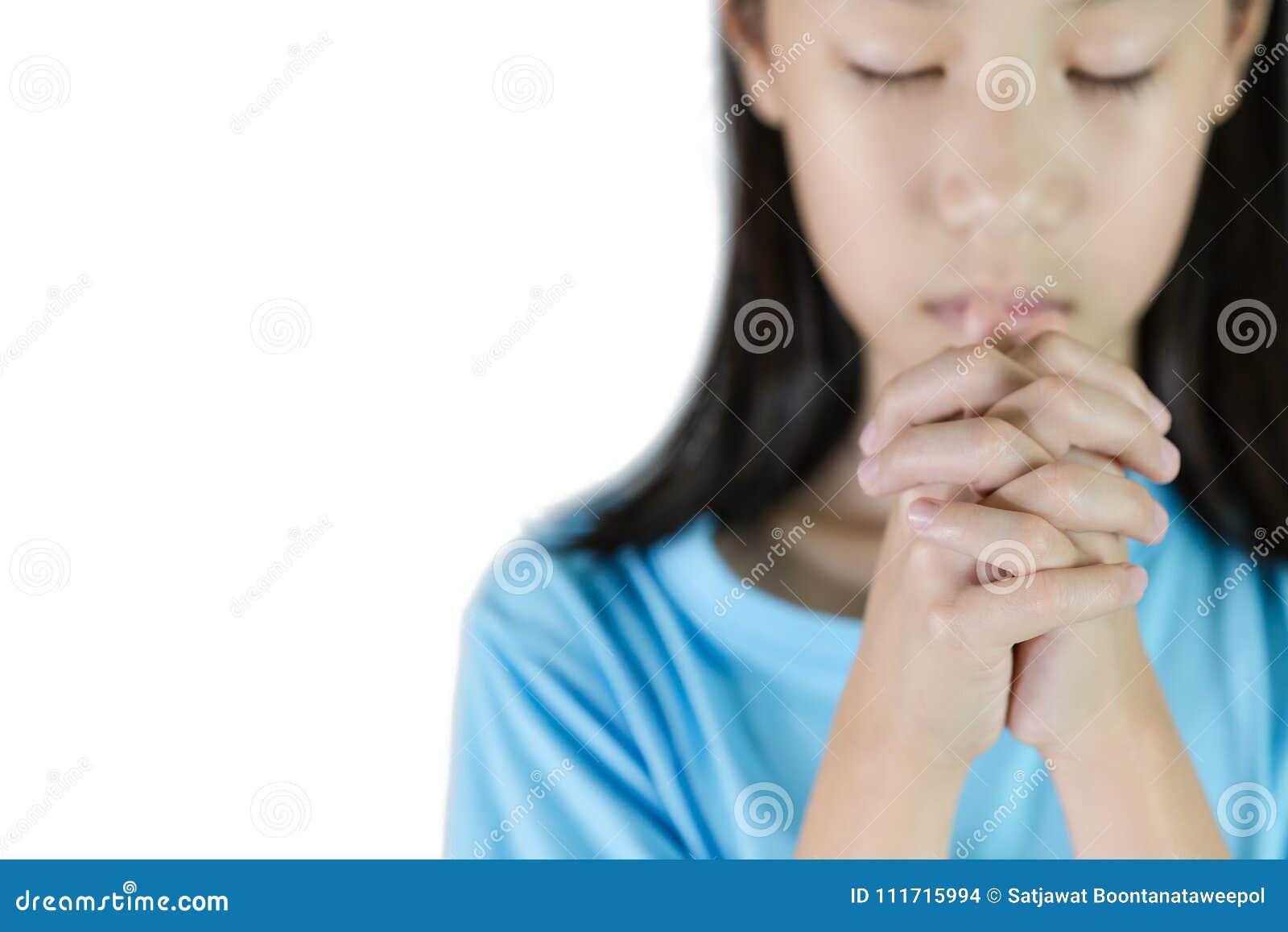 Азиатский молить руки девушки изолированный на белой предпосылке, folde рук