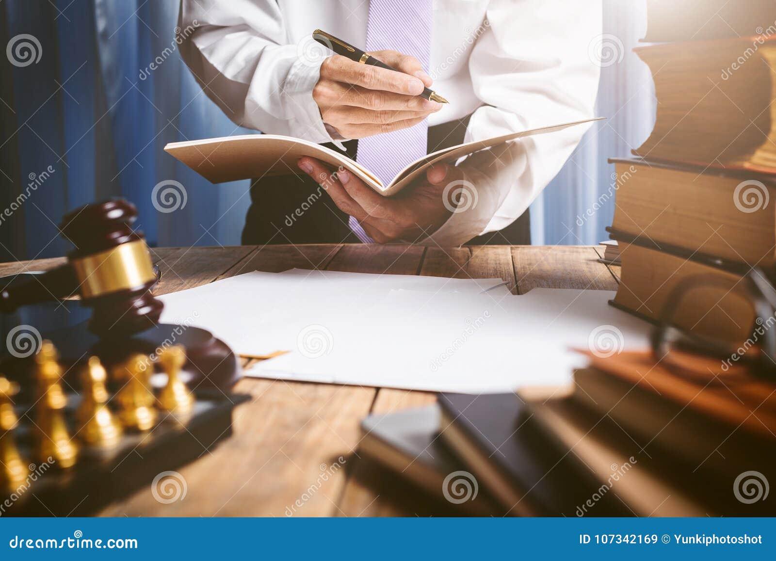Азиатский молодой юрист в винтажном частном зале судебных заседаний