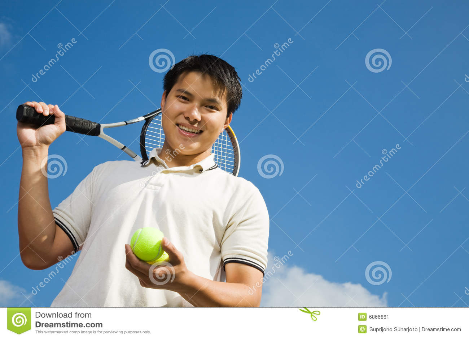 азиатский мыжской играя теннис