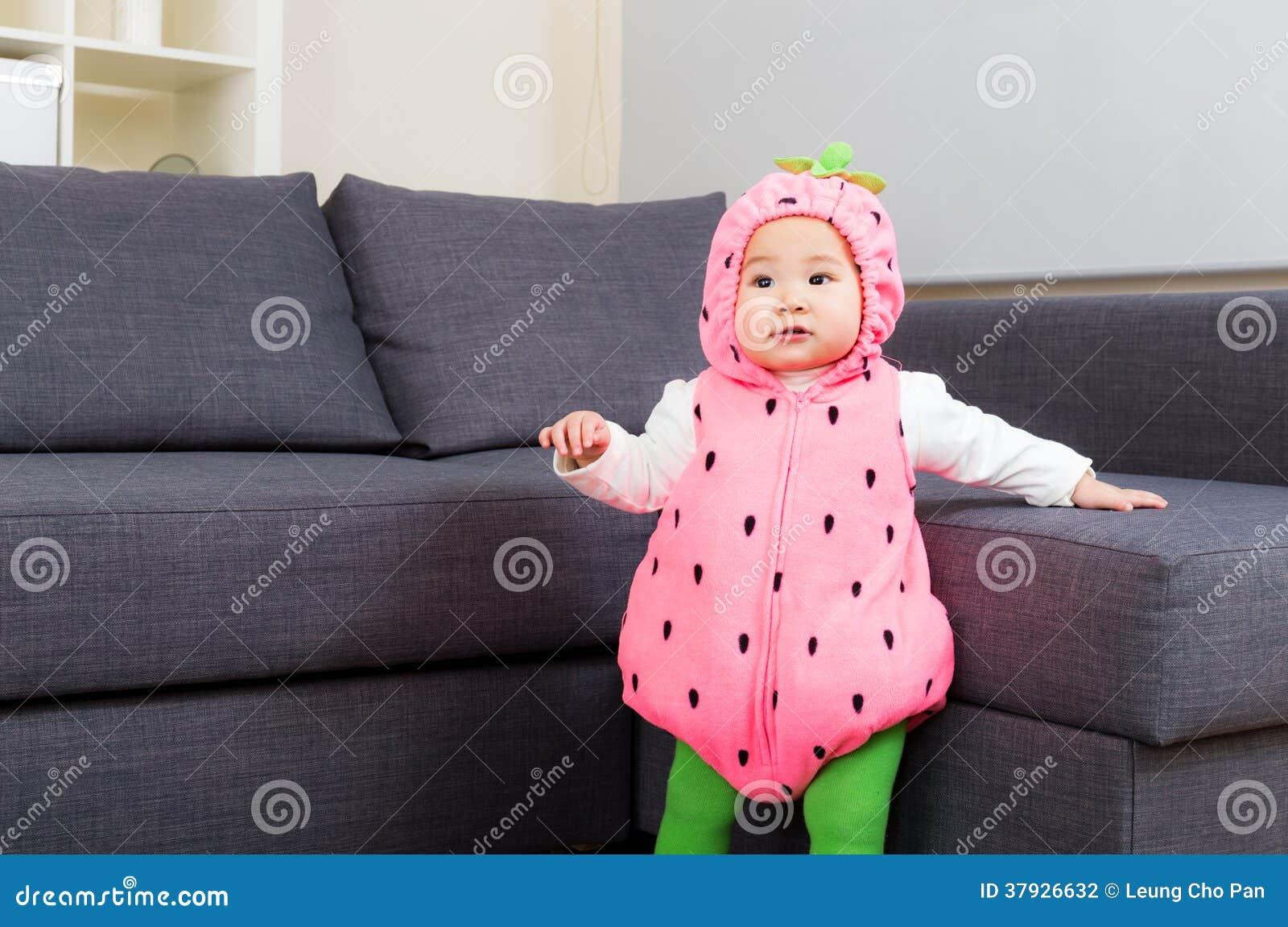 Азиатский младенец с костюмом партии хеллоуина