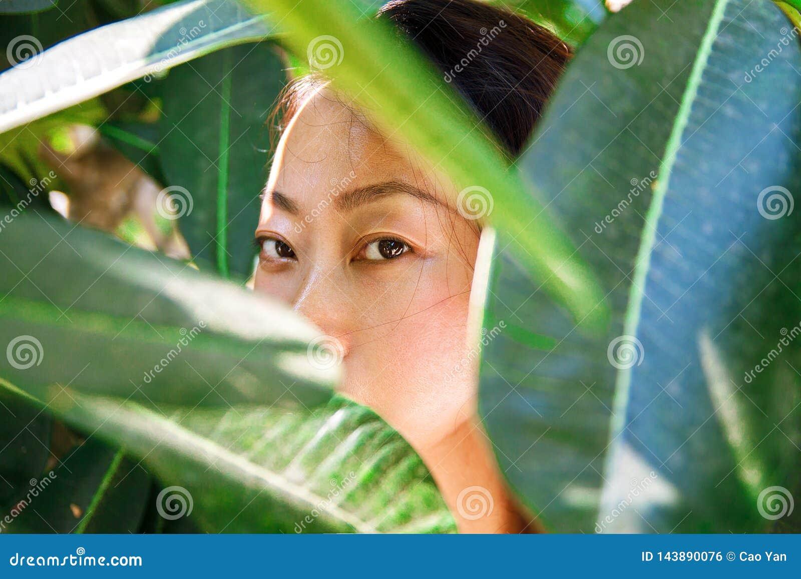 Азиатский портрет крупного плана стороны красоты с чистой кожей, свежей элегантной дамой